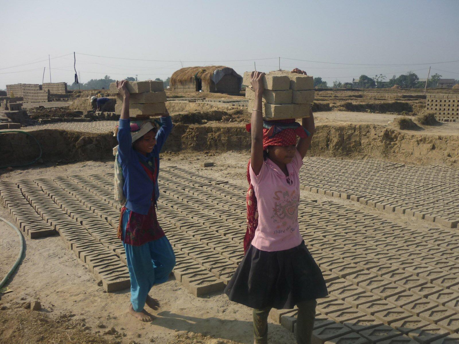 Niewolnicza praca dzieci Źródło: Krish Dulal, Niewolnicza praca dzieci, licencja: CC BY-SA 3.0.