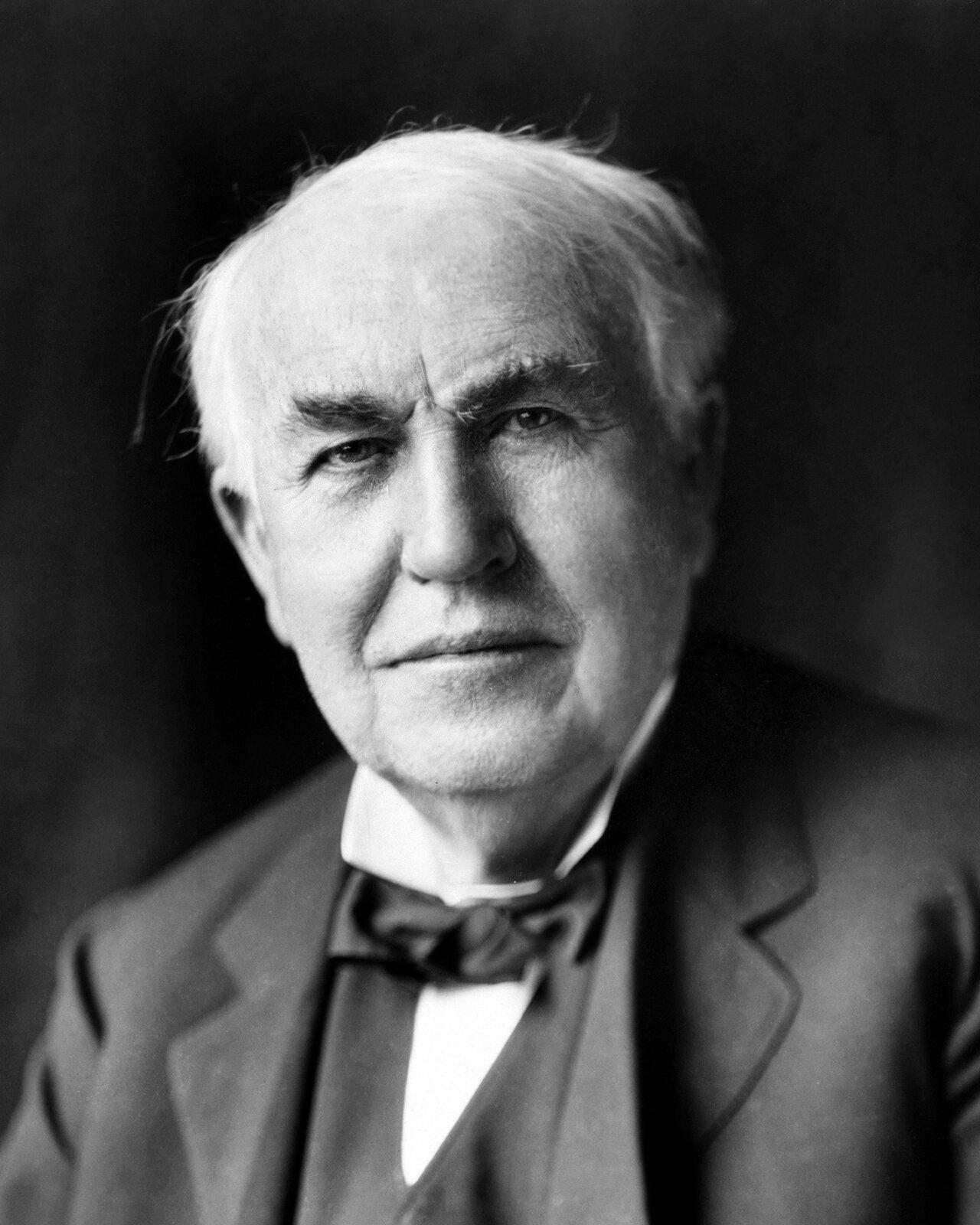 Thomas Alva Edison ThomasAlvaEdison(1847–1931)–wynalazca amerykański , samouk. Jego dorobek liczy ponad 1000 patentów.M.in.udoskonalił telefon Bella, wynalazł fonograf iżarówkę elektryczną. W1882 roku uruchomił wNowym Jorku pierwszą wświecie elektrownię do użytku publicznego.Miał także duży wkład wrozwój kina– w1891 roku opatentował urządzenie zwane kinetoskopem.(Na podstawie:Nowa encyklopedia powszechna PWN, pod red. Dariusza Kalisiewicza, Warszawa 1995-1996). Źródło: Louis Bachrach (Bachrach Studios), Thomas Alva Edison, ok. 1922, restauracja: Michel Vuijlsteke, domena publiczna.