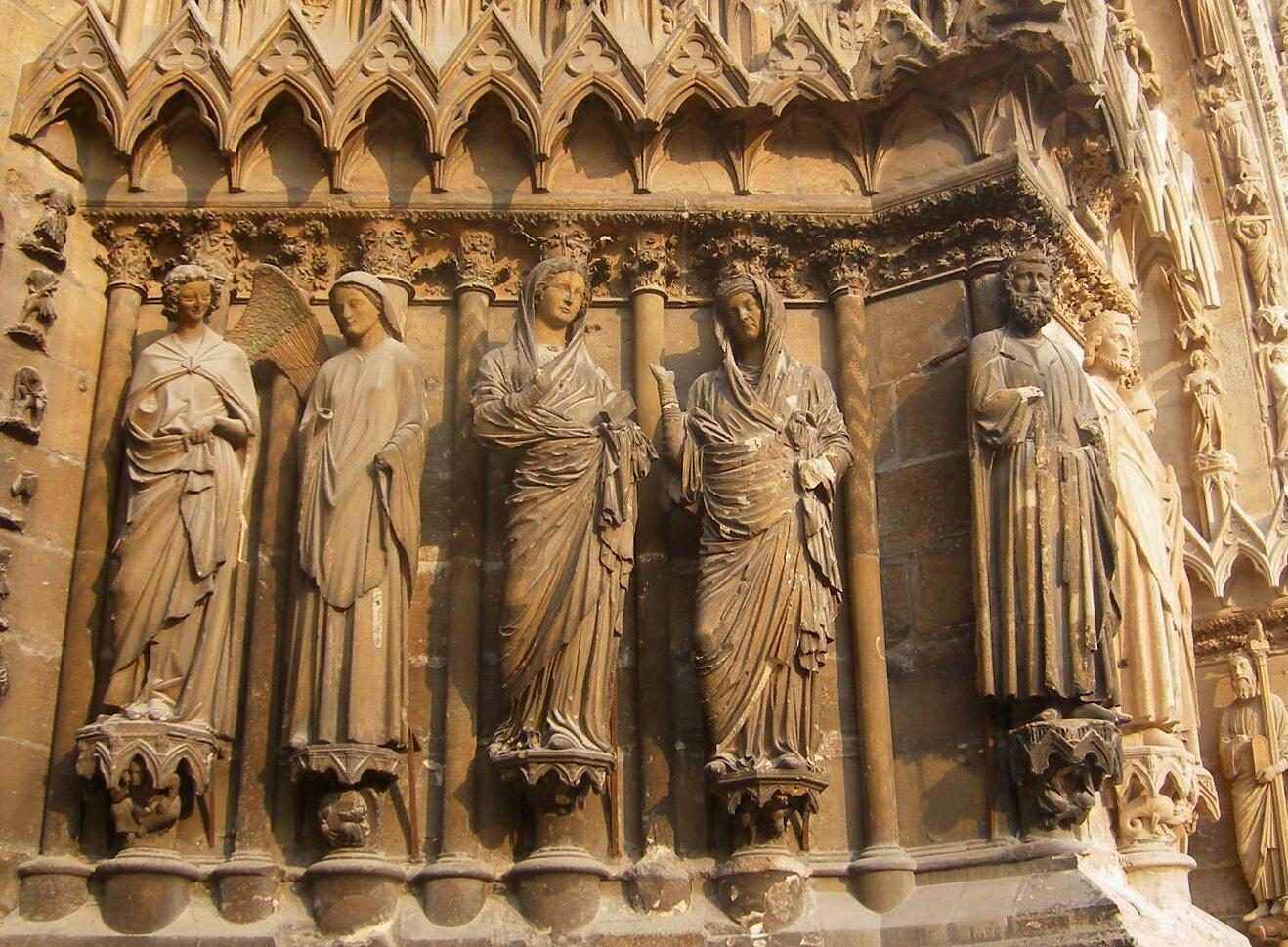 Rzeźby zportalu zachodniego katedry wReims, grupa zwiastowania inawiedzenia Rzeźby zportalu zachodniego katedry wReims, grupa zwiastowania inawiedzenia Źródło: ok. 1240–1250, licencja: CC BY-SA 4.0.