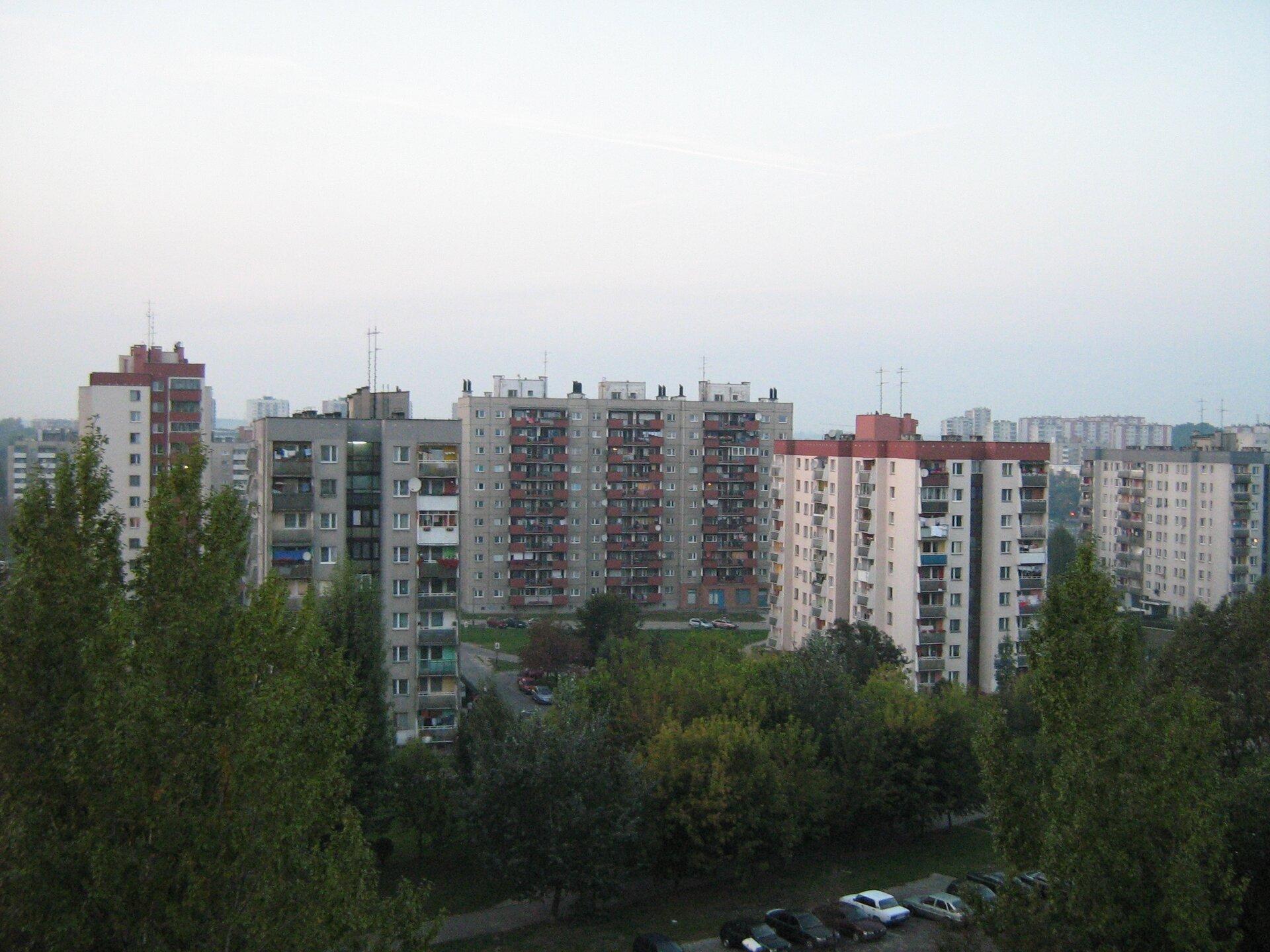 Na zdjęciu gęsta zabudowa mieszkaniowa, wielopiętrowe bloki.