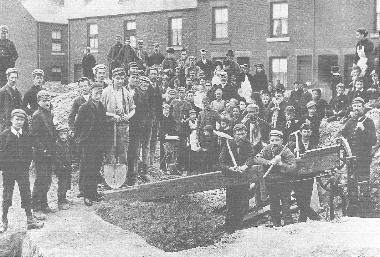Strajkujący górnicy pracujący niezależnie przy nowo odkrytym pokładzie węgla wSheffield podczas sporu w1893 r. Źródło: Strajkujący górnicy pracujący niezależnie przy nowo odkrytym pokładzie węgla wSheffield podczas sporu w1893 r., 1893, fotografia, domena publiczna.