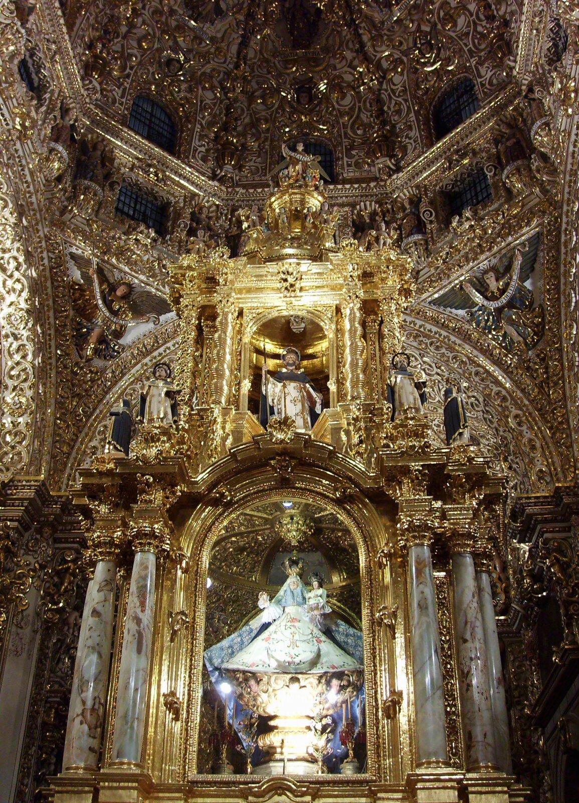 Ołtarz wkaplicy Matki Boskiej Różańcowej wkościele pod wezwaniem św. Dominika wmeksykańskim Pueblo przypomina typowe ołtarze ze świątyń hiszpańskich. Ołtarz wkaplicy Matki Boskiej Różańcowej wkościele pod wezwaniem św. Dominika wmeksykańskim Pueblo przypomina typowe ołtarze ze świątyń hiszpańskich. Źródło: Gusvel, licencja: CC BY-SA 4.0.