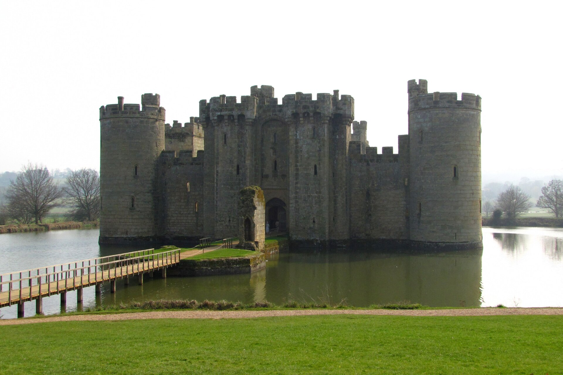 Zamek Bodiam wAnglii Zamek Bodiam wAnglii Źródło: Dan Davison, Flickr, licencja: CC BY 2.0.