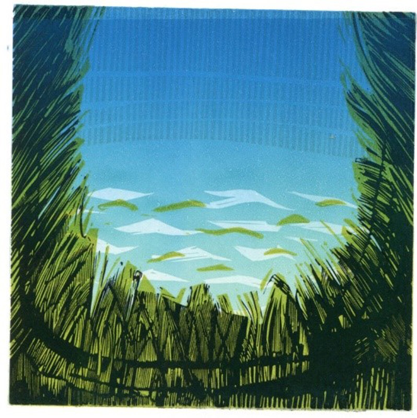 """Ilustracja przedstawia linoryt """"Pulau Pangkor"""" Michała Rygielskiego. Jest pejzażem, ujętym wkształcie litery U, którą wdolnej części ipo bokach wypełniają wysokie trawy. Na zielony podkład zostały naniesione nieregularne czarne linie, skierowane wróżnych kierunkach. Przestrzeń środkową wypełnia niebieskie tło zpoziomymi plamami wkolorze transparentnej bieli izieleni wdolnej części oraz pionowych, delikatnych, niebieskich kresek wgórnej. Dolna część przestrzeni przypomina fale na wodzie, górna - niebo."""