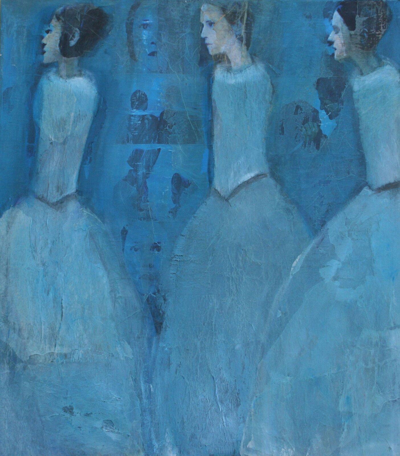 """Ilustracja przedstawia obraz """"Ada"""" autorstwa Justyny Grzebieniowskiej-Wolskiej. Praca ukazuje trzy kobiety ociemnych, spiętych wkok włosach. Pozbawione rąk postacie ubrane są wjasno-niebieskie suknie ztiulowymi spódnicami. Zwrócone są wprawą stronę. Na niebieskim tle znajdują się płasko malowane fragmenty kadrów zpostaciami ipowtarzającym się portretem tej samej dziewczyny. Praca namalowana została swobodną, szeroką plamą. Kobiety przedstawione są zdużym uproszczeniem. Artystce nie zależy na wiernym uchwyceniu rzeczywistości, stara się jedynie przekazać nastrój ukazanej sceny. Obraz utrzymany jest wchłodnej, błękitnej gamie barw."""