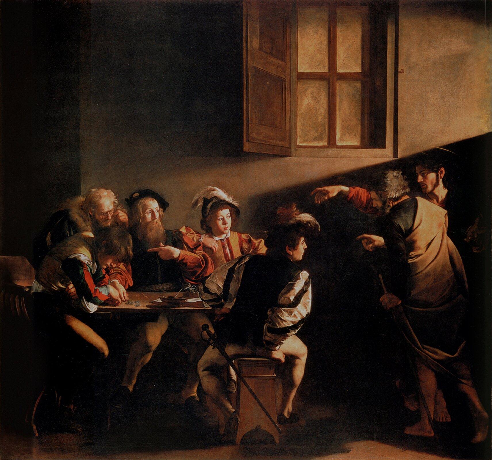 """Ilustracja przedstawia obraz Caravaggia """"Powołanie św. Mateusza"""". Scena ukazuje poborcę podatkowego Mateusza, siedzącego za stołem wraz zgrupą osób. Do piwnicznego wnętrza wchodzi Jezus wtowarzystwie świętego Piotra. Obydwaj wyciągają ręce wtym samym geście, wskazując na Mateusza. Mateusz jest zaskoczony, wskazuje palcem na swoją pierś. Dwaj starsi celnicy zajęci są liczeniem pieniędzy. Młodsi, siedzący po prawej stronie patrzą wstronę Jezusa. Nad Chrystusem iPiotrem przebiega słup światła ipada wstronę Mateusza. Na tle jasnej plamy światła znajduje się okno zotwartą okiennicą."""