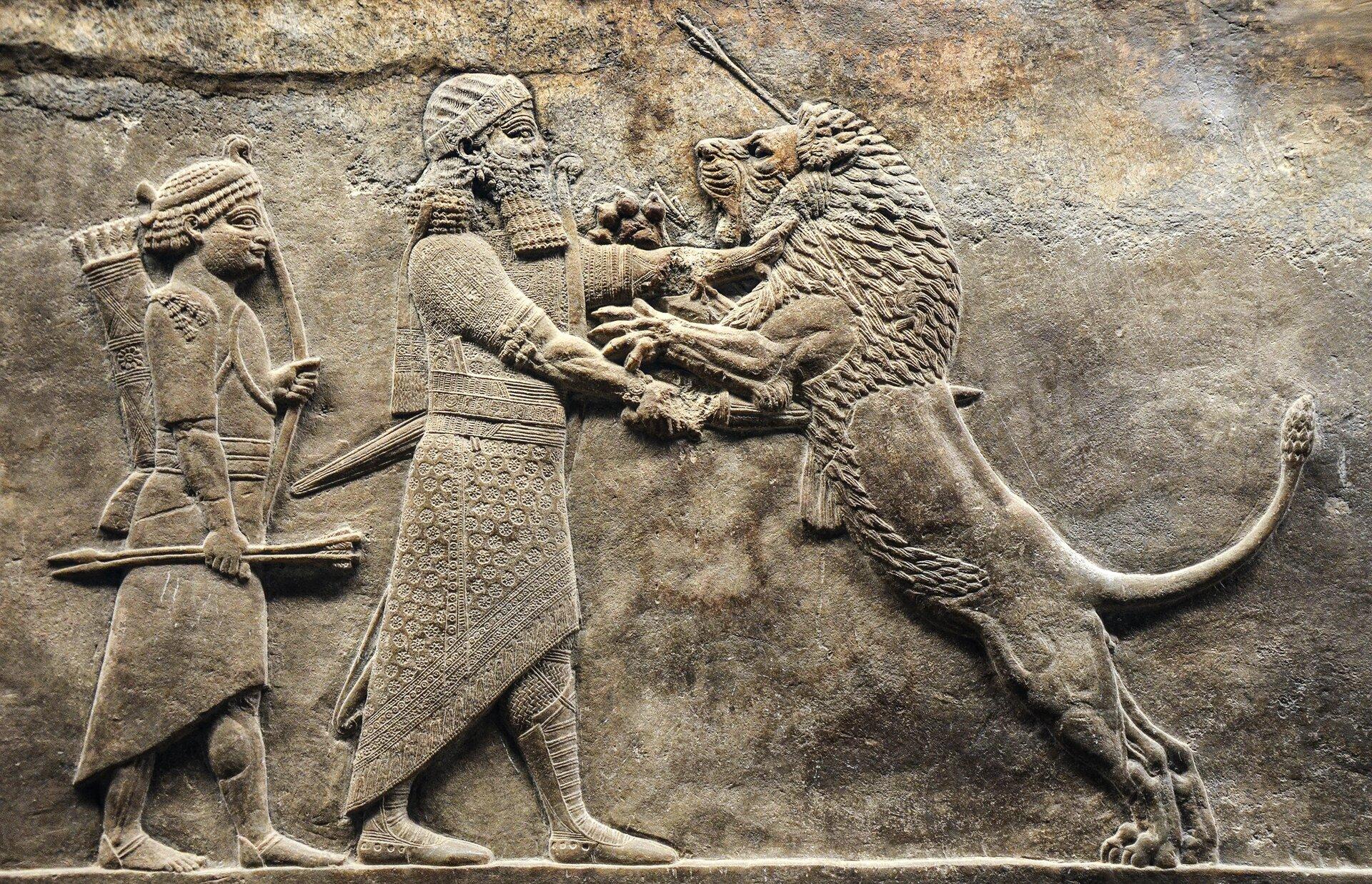 Ulubioną rozrywką królów asyryjskich było polowanie na lwy. Obrazy łowów przedstawiano na ścianach świątyń ipałaców. Płaskorzeźba przechowywana obecnie wMuzeum Brytyjskim wLondynie Ulubioną rozrywką królów asyryjskich było polowanie na lwy. Obrazy łowów przedstawiano na ścianach świątyń ipałaców. Płaskorzeźba przechowywana obecnie wMuzeum Brytyjskim wLondynie Źródło: Carole Raddato, Flickr, licencja: CC BY-SA 2.0.