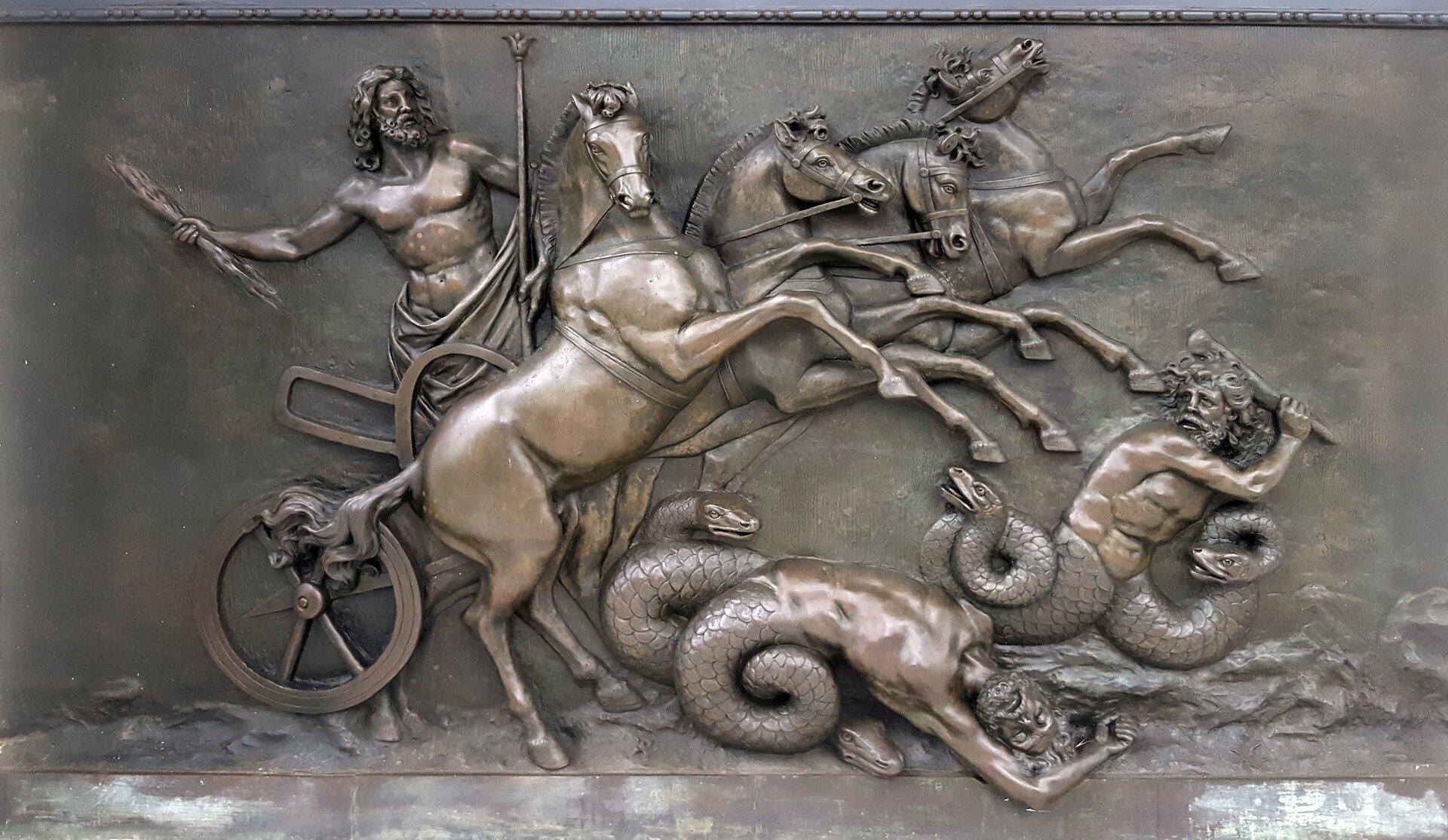 Ilustracja przedstawia płaskorzeźbę ukazującą Zeusa wwalce ze złem. Zeus znajduje się na rydwanie zaprzężonym wcztery konie stające dęba. Pod kopytami koni wiją się dwa centaury - wpołowie ludzie, wpołowie węże. Próbują uchronić się przed stratowaniem przez konie.
