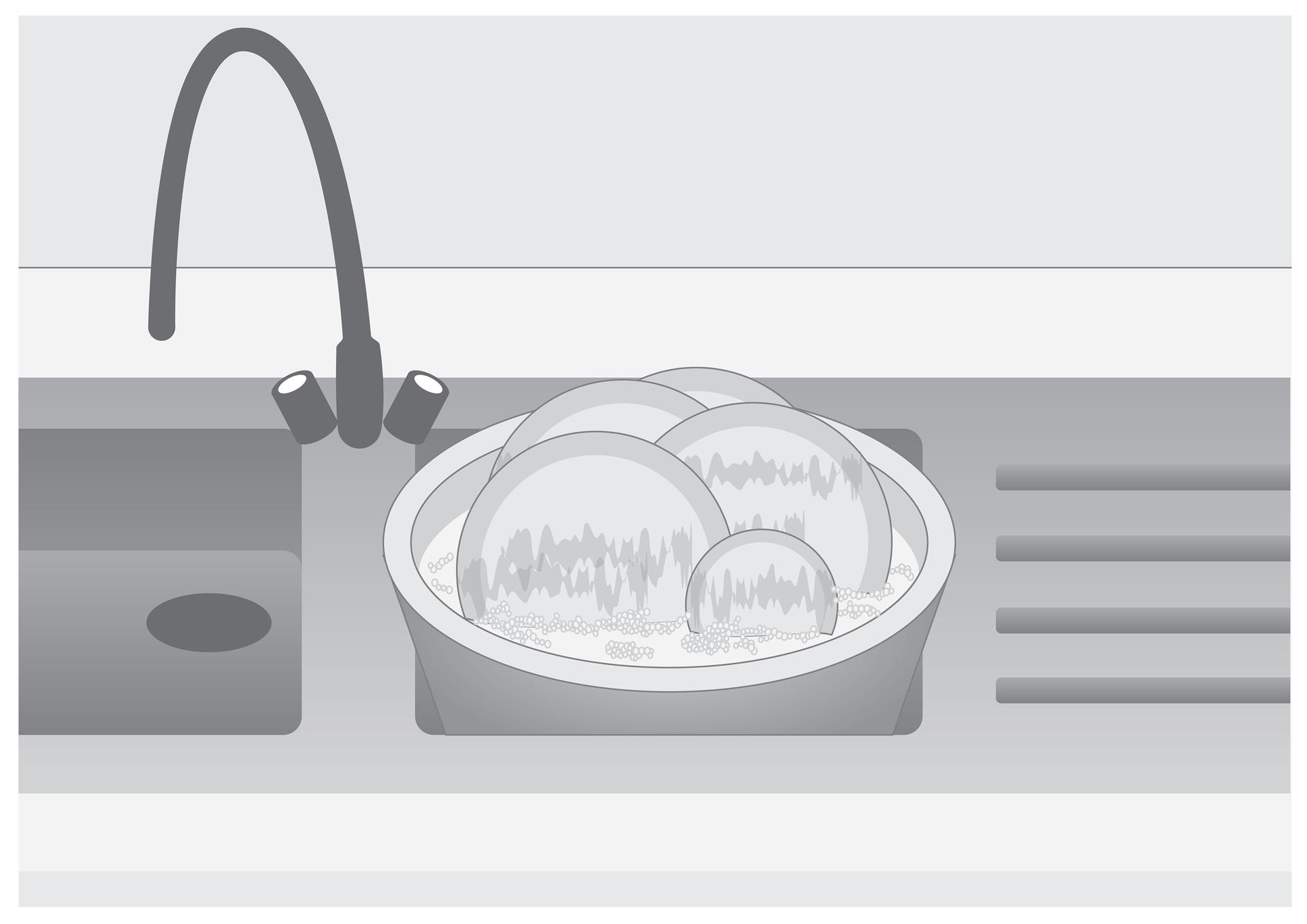 Piąta ilustracja wgalerii. Przedstawia czarno biały rysunek kuchennego zlewozmywaka dwukomorowego. Wprawej komorze znajduje się okrągła miska wypełniona wodą zpłynem do mycia ibrudnymi talerzami.