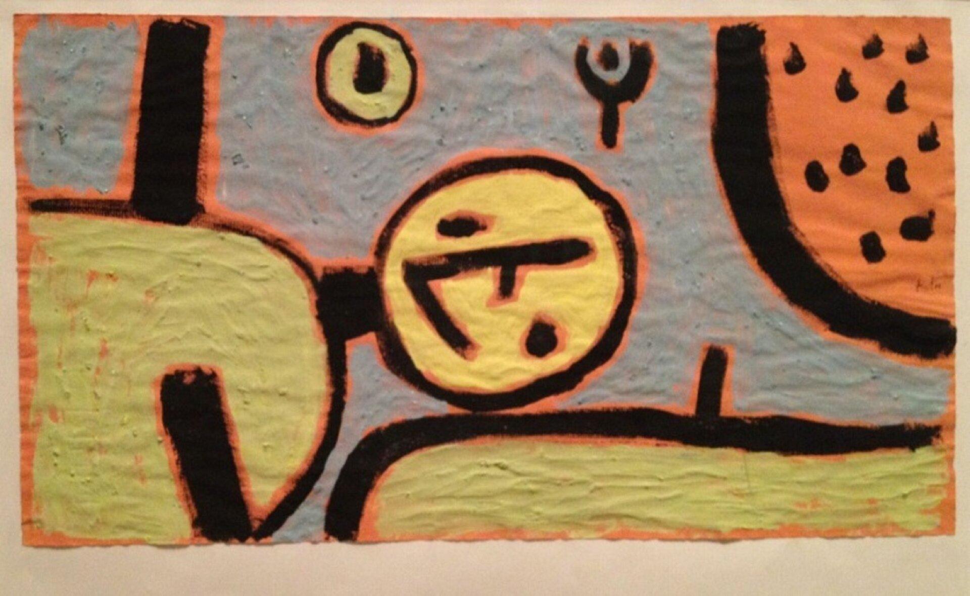 """Ilustracja przedstawia obraz Paula Klee """"Klaun włóżku"""". Artysta namalował dzieło, wykorzystując płaską plamę iczarny kontur. Po lewej stronie zamieścił fragment leżącego żółtego klauna, pod którego głową znajduje się poduszka. Klaun ma schematycznie narysowane elementy twarzy: dwa punkty to oczy, anos to łamana linia. Również ręce postaci są dwiema krótkimi liniami. Malarz posłużył się żółtą plamą zczarnym konturem zpomarańczową poświatą. Wprawym górnym rogu namalował pomarańczową plamę zkonturem ipunktami wśrodku."""