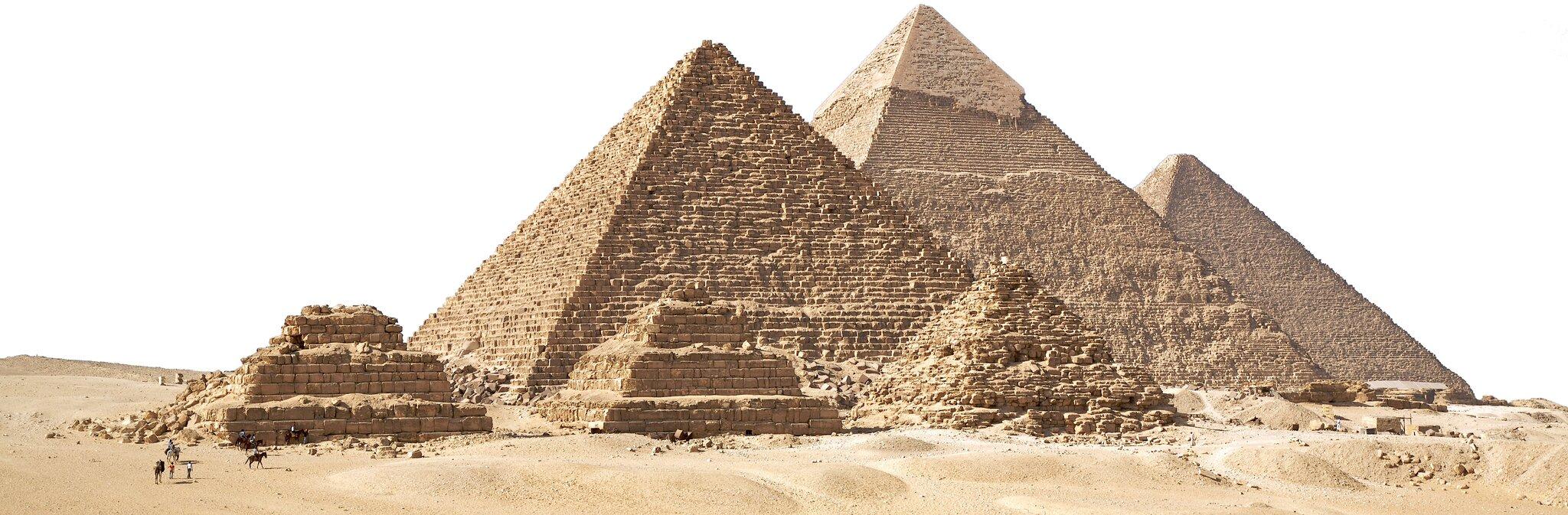 Sześć piramid stojących na pustyni - trzy mniejsze, aza nimi trzy większe. Zbudowane zżółto-brązowego kamienia. na piramidach widać ślady działania czasu, na mniejszych część kamieni się rozsypała.