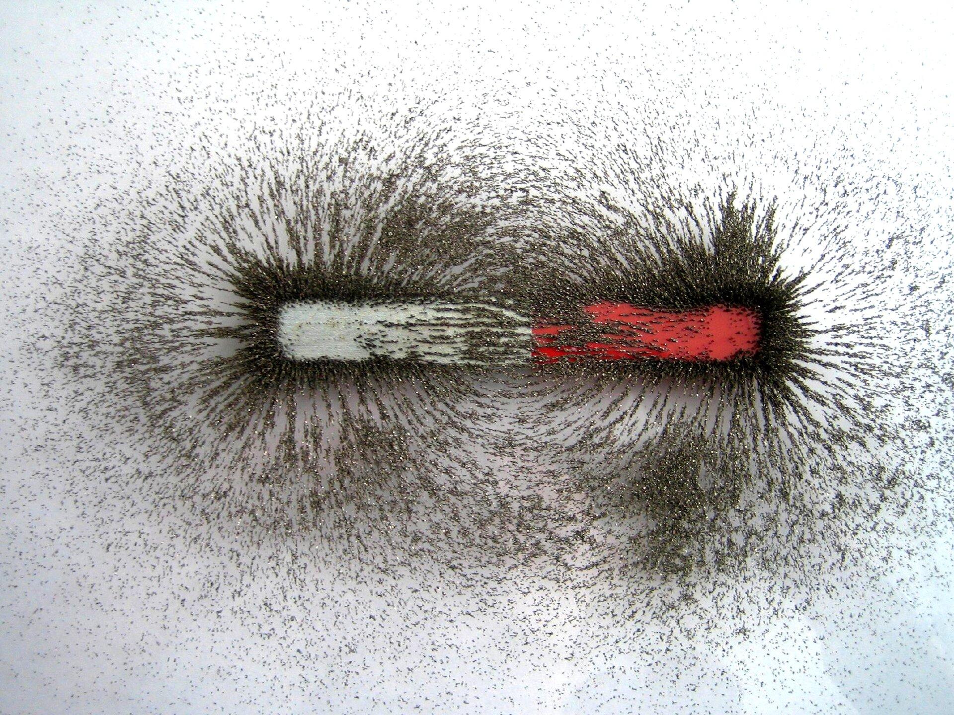 Linie pola magnetycznego wokół magnesu sztabkowego