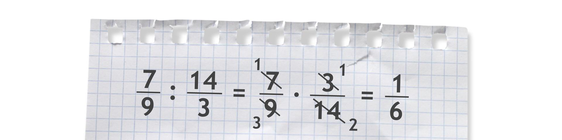 Przykład: siedem dziewiątych dzielone przez czternaście trzecich równa się siedem dziewiątych razy trzy czternaste równa się jedna szósta.