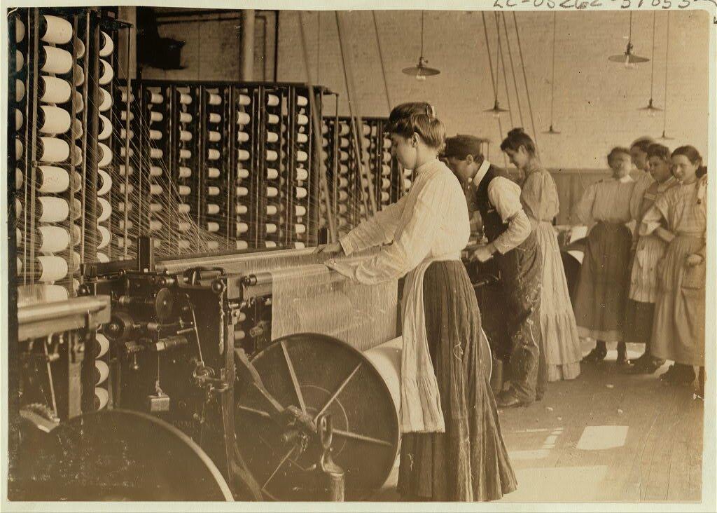 Przędzalnia Źródło: Lewis Wickes Hine, Przędzalnia, 1908, fotografia, Biblioteka Kongresu USA, domena publiczna.