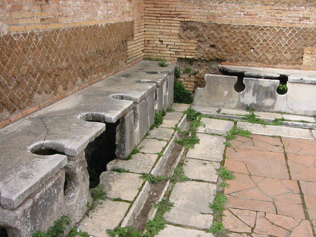 Rzymska latryna (toaleta) wOstii Rzymska latryna (toaleta) wOstii Źródło: domena publiczna.