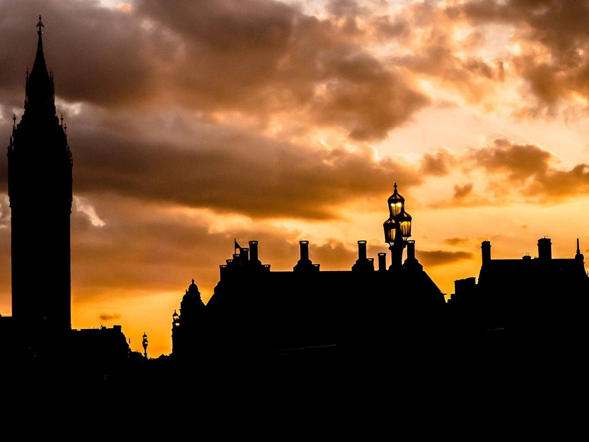 Widok miasta ozachodzie słońca Źródło: Widok miasta ozachodzie słońca, fotografia barwna, domena publiczna.