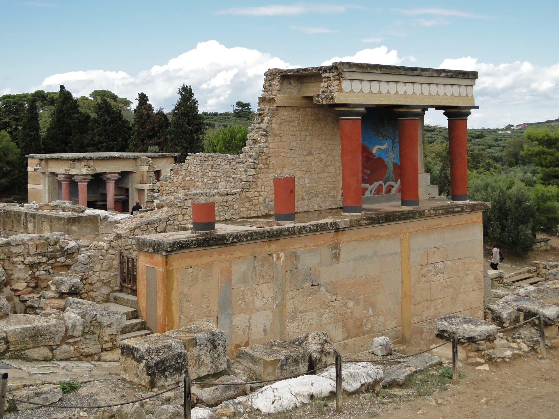 Ruiny pałacu wKnossos, nazywanego pałacem Minosa lub labiryntem kreteńskim Ruiny pałacu wKnossos, nazywanego pałacem Minosa lub labiryntem kreteńskim Źródło: Bernard Gagnon, fotografia barwna, licencja: CC BY-SA 3.0.