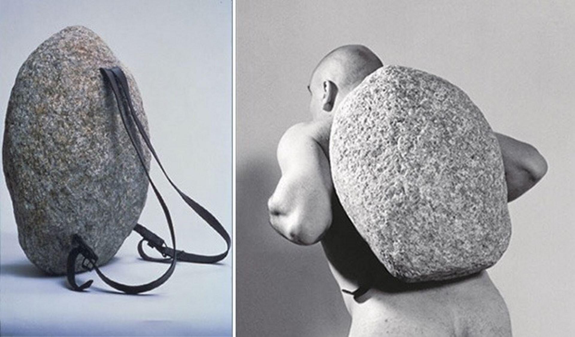 """Ilustracja przedstawia dzieło Jany Sterbak pt. """"Sztuka do noszenia: Sisyphus Sport"""". Ukazane są dwie czarnobiałych fotografie. Na pierwszej znajduje się duży nieobrobiony kamień, do którego zamocowano skórzane szelki. Na drugiej – nagi mężczyzna dźwiga na plecach kamień wformie plecaka. Ugina się pod jego ciężarem."""