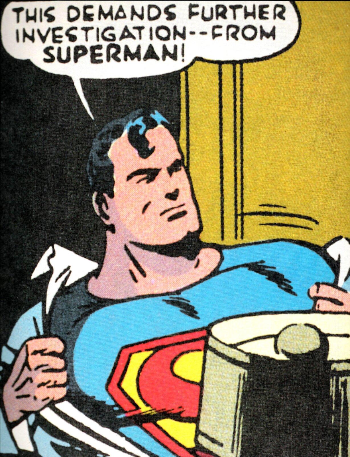 """Ilustracja przedstawia fragment zkomiksu Joe Shustera """"Superman"""". Ukazuje mężczyznę oczarnych włosach zdzierającego zsiebie białą koszulę. Pod nią założony ma niebieski kombinezon zczerwoną literą """"S"""" na żółtym tle. Nad nim znajduje się dymek ztekstem: This demands further investigation -- from Superman!"""