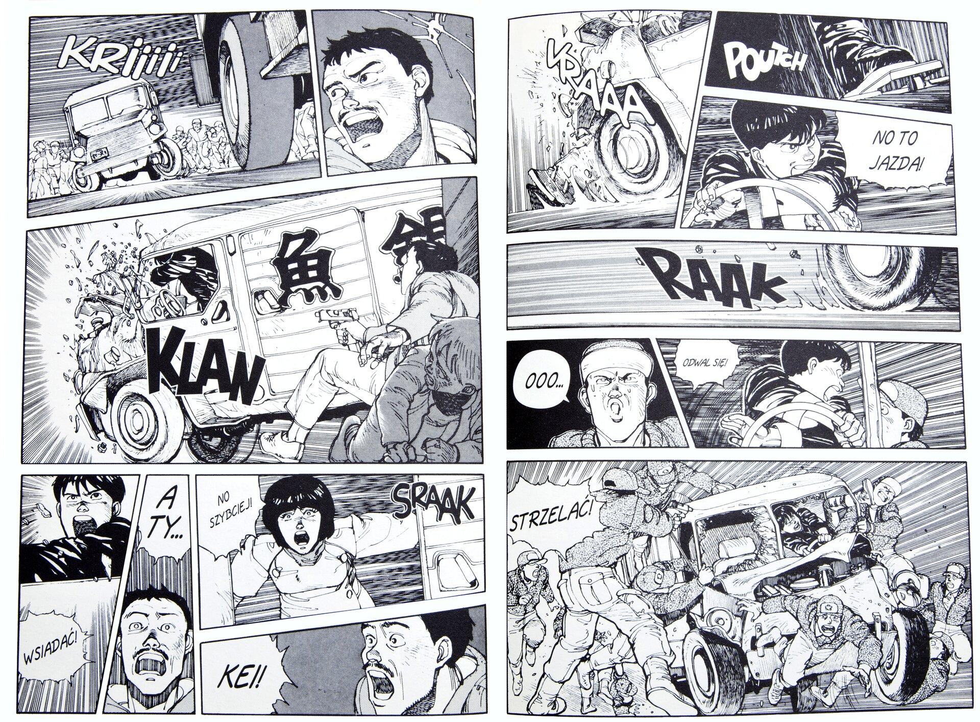 """Ilustracja przedstawia rysunki zkomiksu """"Akira, t. 1: Wypadek Tetsuo"""", wktórych znajdują się wyrazy dźwiękonaśladowcze, awdymkach wypowiedzi bohaterów. Pojawiają się onomatopeje: odgłos silnika samochodu """"KRIIIII"""" oraz szorowanie opon po jezdni """"RAAK"""", uderzenie stopy opedał hamulca """"POUTCH"""", dźwięk zderzenia samochodu ze ścianą """"KLAN"""", odgłos gwałtownie otwieranych drzwi furgonetki """"SRAAK"""". Wdymkach natomiast znajdują się: słowa kierowcy """"NO TO JAZDA"""" oraz """"ODWAL SIĘ"""" i""""WSIADAĆ"""", atakże wyrażające przerażenie mężczyzny """"OOO"""", okrzyk kobiety otwierającej drzwi furgonetki """"NO SZYBCIEJ!"""", czy okrzyk jednego zmężczyzn """"STRZELAĆ!"""" Kadry ułożone są nieregularnie, oddają wten sposób dynamikę scen."""