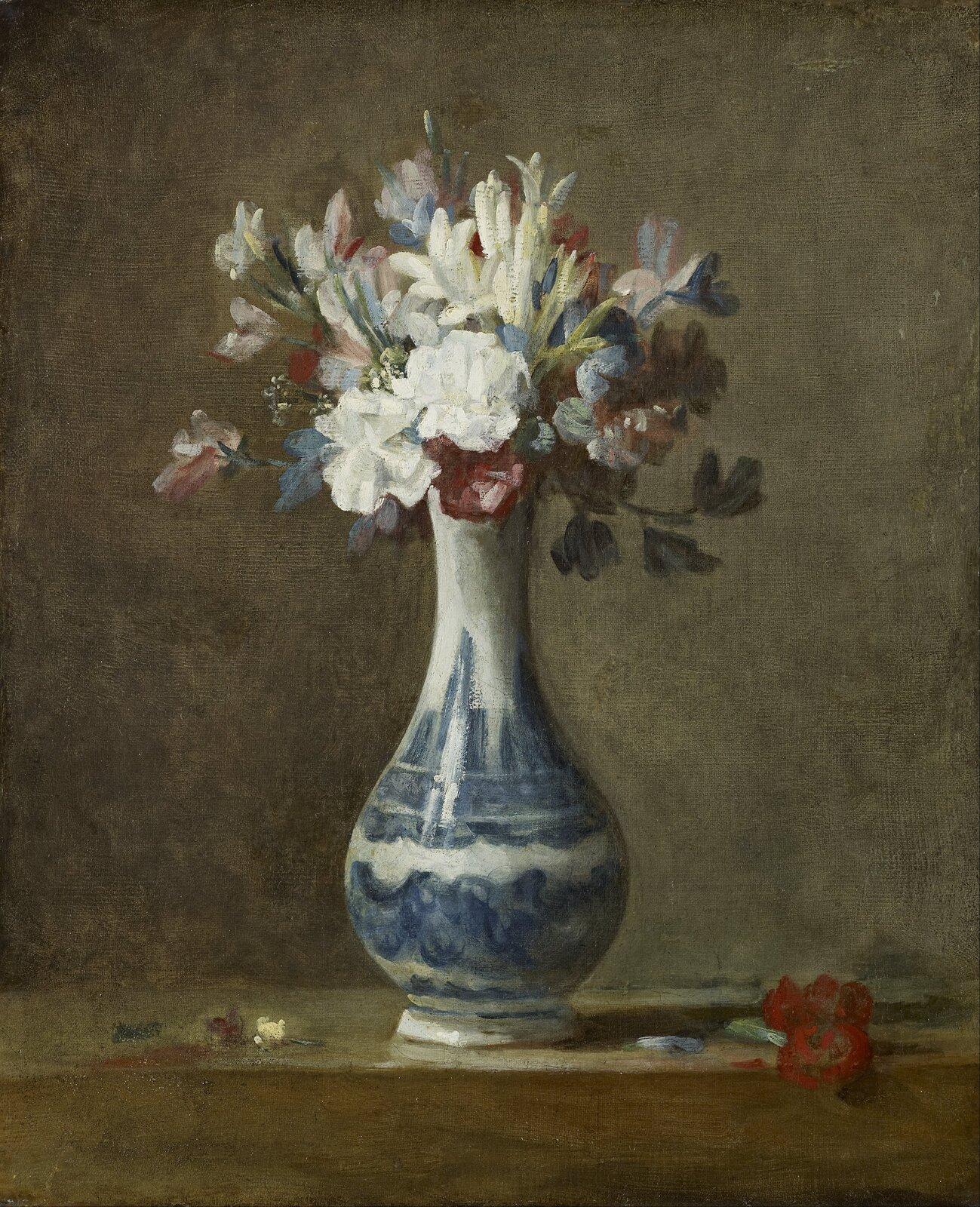 """Ilustracja przedstawia obraz """"Wazon zkwiatami"""" autorstwa Jeana-Baptistea Chardina. Wcentrum statycznej kompozycji ukazany jest bukiet wceramicznym, białym flakonie zniebieskim ornamentem. Delikatne, biało-niebiesko-różowe kwiaty wystające znad wąskiej szyjki wazonu namalowane są widocznymi, lekkimi pociągnięciami pędzla. Flakon zbukietem stoi na brązowym blacie stołu na którym leżą drobne fragmenty kwiatów. Tło stanowi szaro-brązowa ściana. Całość obrazu namalowana jest luźno, bez zbędnej dbałości oszczegół, mimo to artyście udało się wiernie oddać różny rodzaj materii przedmiotów: gładkość wazonu, delikatność kwiatów czy chropowatość ściany. Dzieło wykonane jest wtechnice olejnej."""
