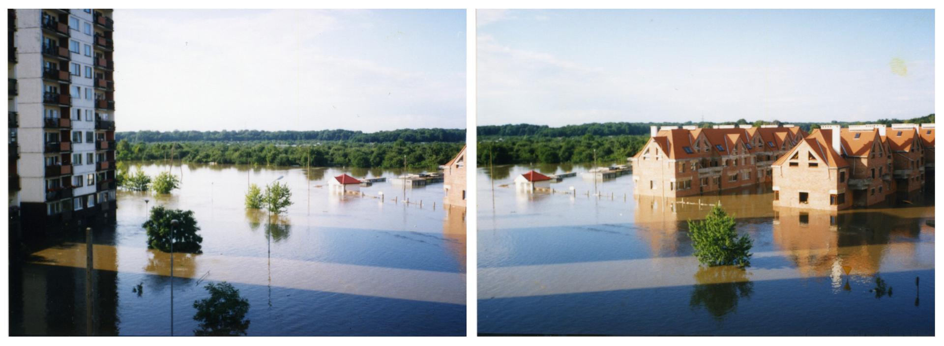 Ilustracja zawiera dwa zdjęcia przedstawiające miasto podczas powodzi na przykładzie Wrocławia latem tysiąc dziewięćset dziewięćdziesiątego siódmego roku. Oba zdjęcia wykonane wtym samym miejscu, prawa fotografia sprawia wrażenie przedłużenia lewej. Słoneczny dzień, osiedle mieszkaniowe, po lewej stronie fragment wielopiętrowego bloku zwielkiej płyty, po prawej niska zabudowa szeregowa, osiedle domów dwupiętrowych zczerwonymi spadzistymi dachami wbudowie. Stan surowy otwarty, brak okien. Na pierwszym planie zalane trawniki iścieżki na osiedlu. Nad powierzchnią wody widoczne zielone korony drzew. Wtle zdjęcia zalesiony teren. Widoczne są tylko korony drzew. Zielone drzewa rozciągają się po horyzont. Woda sięga do parterowych okien wszystkich obecnych wkadrze zabudowań.