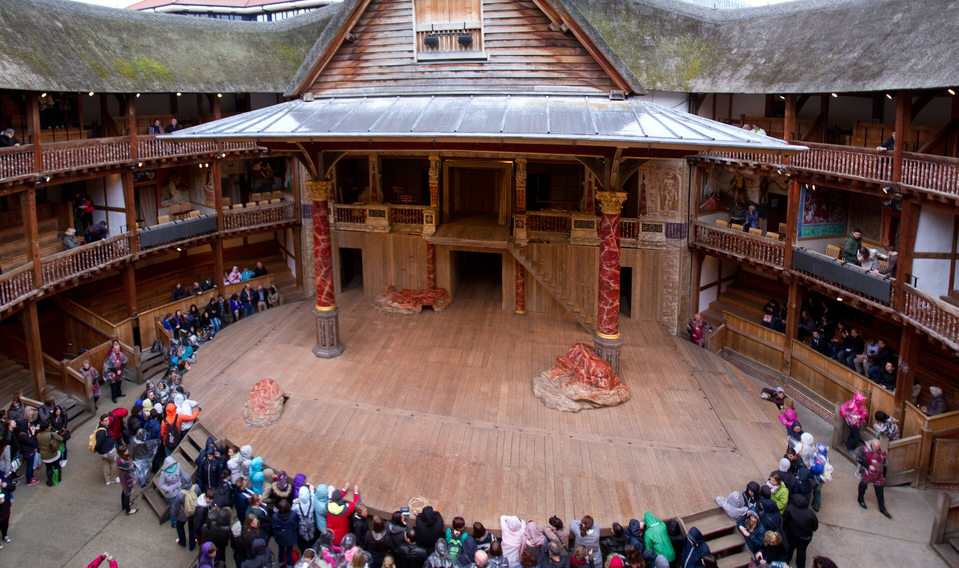 Tony Hisgett, scena teatru The Globe, fotografia Tak obecnie wygląda scena teatru The Globe, który działał wlatach 1599–1642. Dwa lata po zamknięciu teatru budynek został zburzony, azrekonstruowano go dopiero pod koniec XX wieku Źródło: Tony Hisgett, scena teatru The Globe, fotografia.