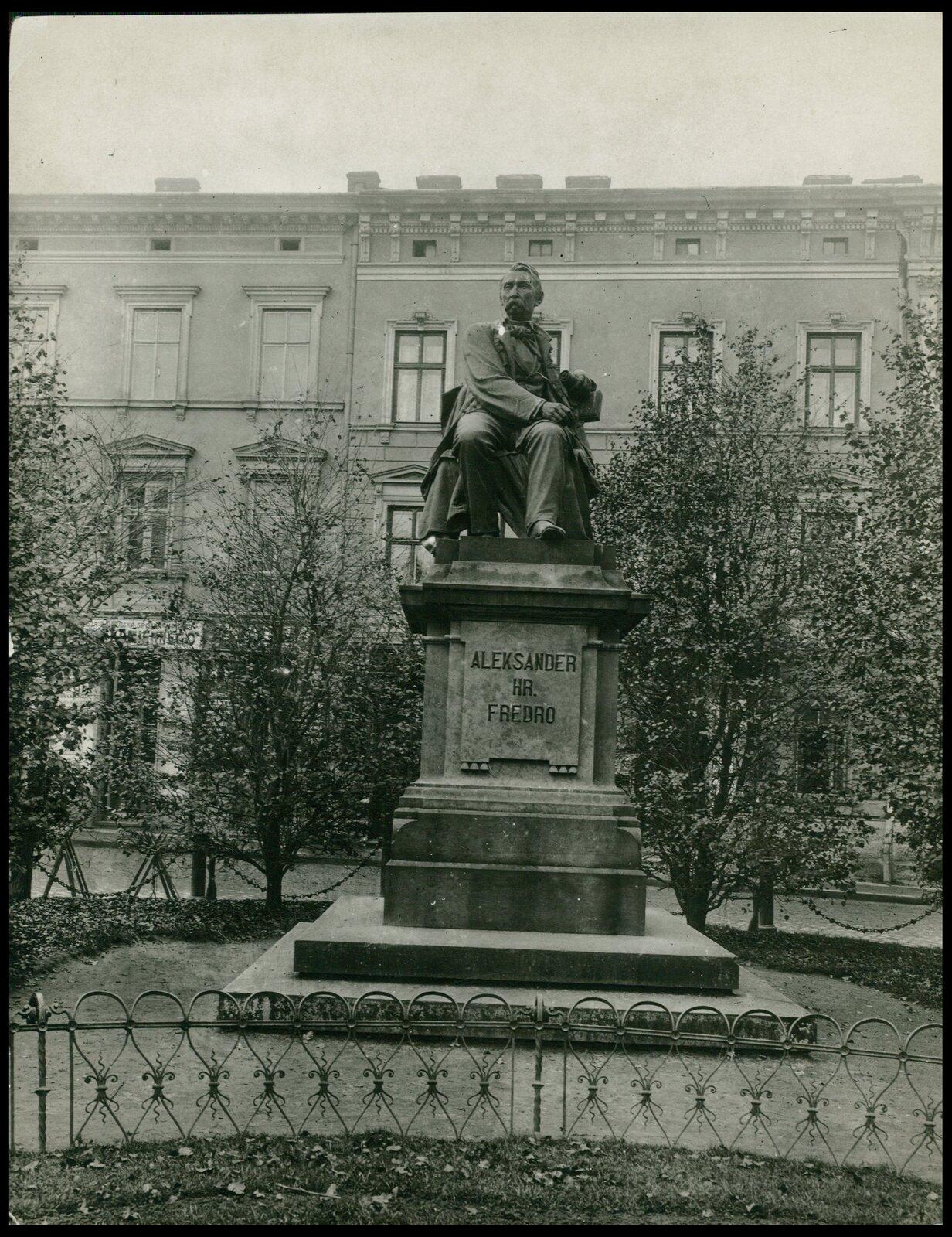 Leonard Marconi, Pomnik Aleksandra Fredry Leonard Marconi, Pomnik Aleksandra Fredry Źródło: Marek Münz, Lwów, ok. 1920, pocztówka, domena publiczna.