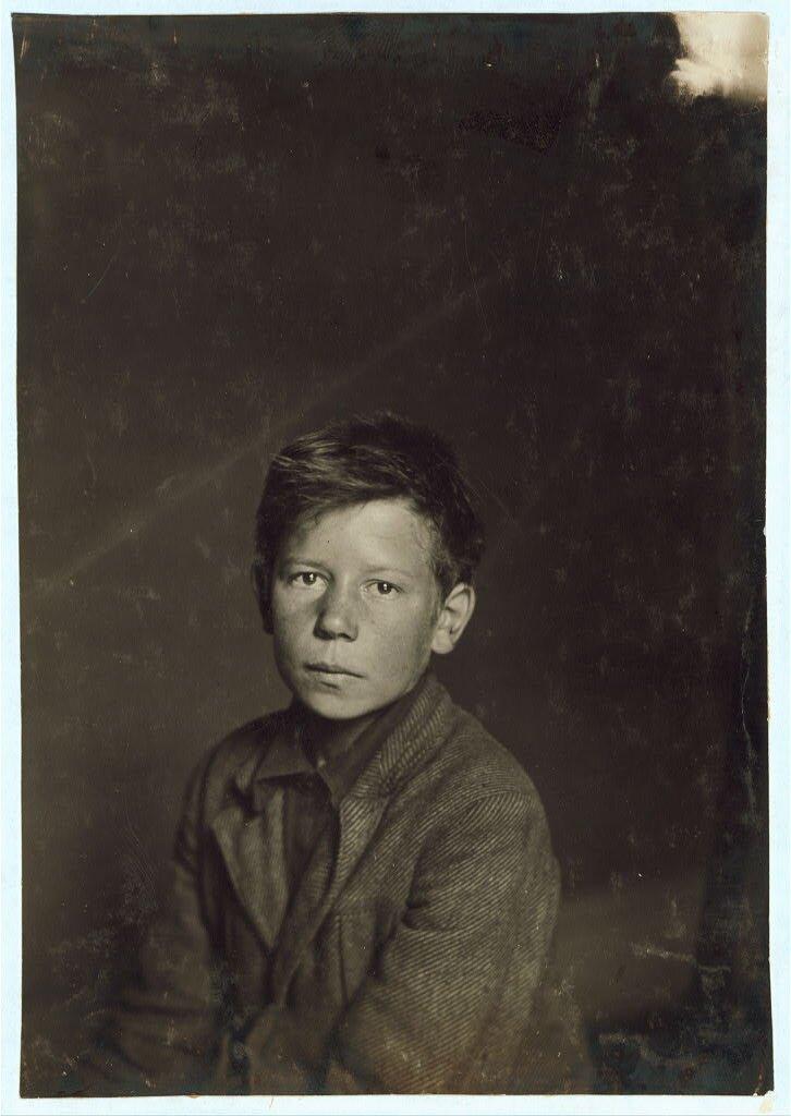 Philip (Filip) Sowa Philip (Filip) Sowa - czternastolatek zatrudniający się do pracy wgręplarni (oddział wfabryce włókienniczej, gdzie rozplątuje się iczyści włókna). Wrozmowie stwierdził, że chciałby chodzić do szkoły Źródło: Lewis Wickes Hine, Philip (Filip) Sowa, 1916, fotografia, Biblioteka Kongresu USA, domena publiczna.