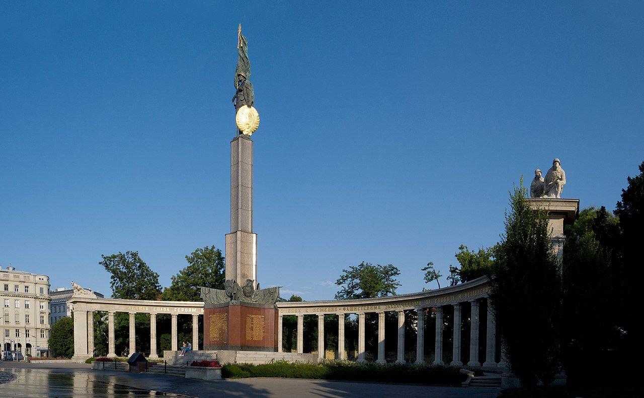 Ilustracja 1.Pomnik Bohaterów Armii Czerwonej wcentrum Wiednia, odsłonięty 19 sierpnia 1945 r., widok współczesny.