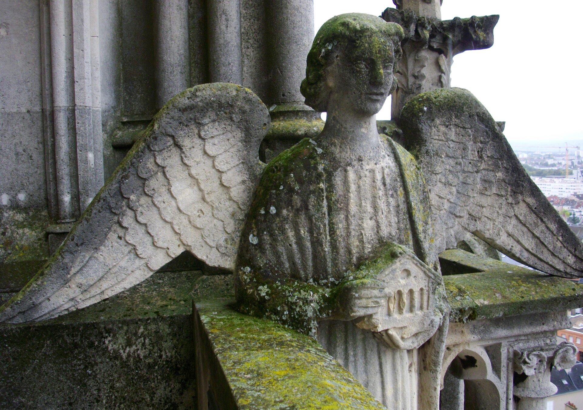 Rzeźba anioła Rzeźba anioła Źródło: pierwsza połowa XIII wieku, katedra wReims, licencja: CC BY-SA 3.0.
