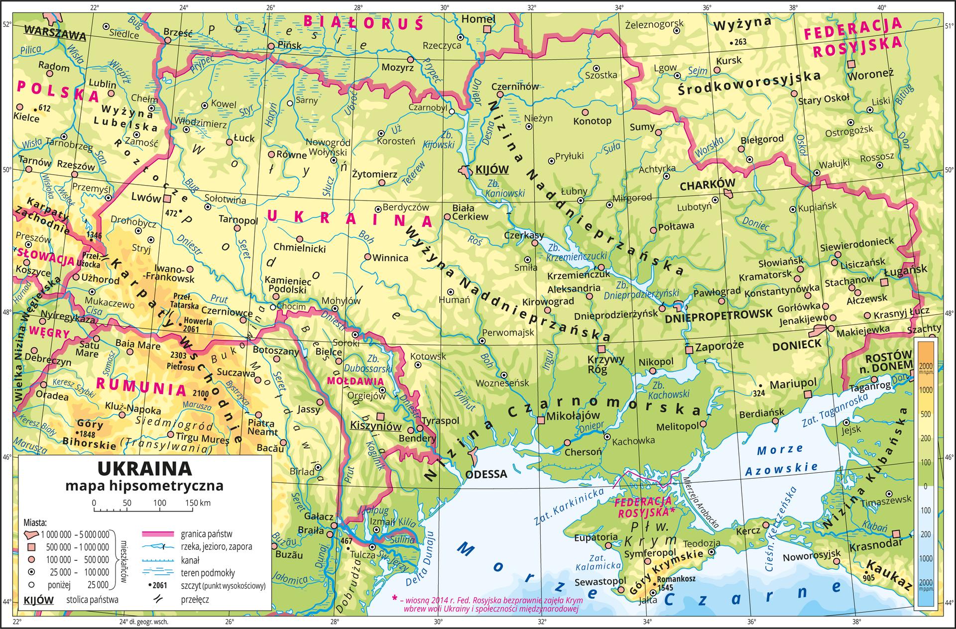 Ilustracja przedstawia mapę hipsometryczną Ukrainy. Wobrębie lądów występują obszary wkolorze zielonym, żółtym ipomarańczowym. Na północy przeważają obszary wkolorze zielonym przechodzące ku południowemu-zachodowi wkolor żółty ipomarańczowy. Wdolnej części mapy Morze Czarne iMorze Azowskie zaznaczone kolorem niebieskim. Na mapie opisano nazwy półwyspów, wysp, nizin, wyżyn ipasm górskich, mórz, zatok, cieśnin, rzek ijezior. Oznaczono iopisano główne miasta. Oznaczono czarnymi kropkami iopisano szczyty górskie. Różową wstążką oznaczono granice państw. Kolorem czerwonym opisano państwa sąsiadujące zUkrainą. Mapa pokryta jest równoleżnikami ipołudnikami. Dookoła mapy wbiałej ramce opisano współrzędne geograficzne co dwa stopnie. Wlegendzie umieszczono iopisano znaki użyte na mapie.