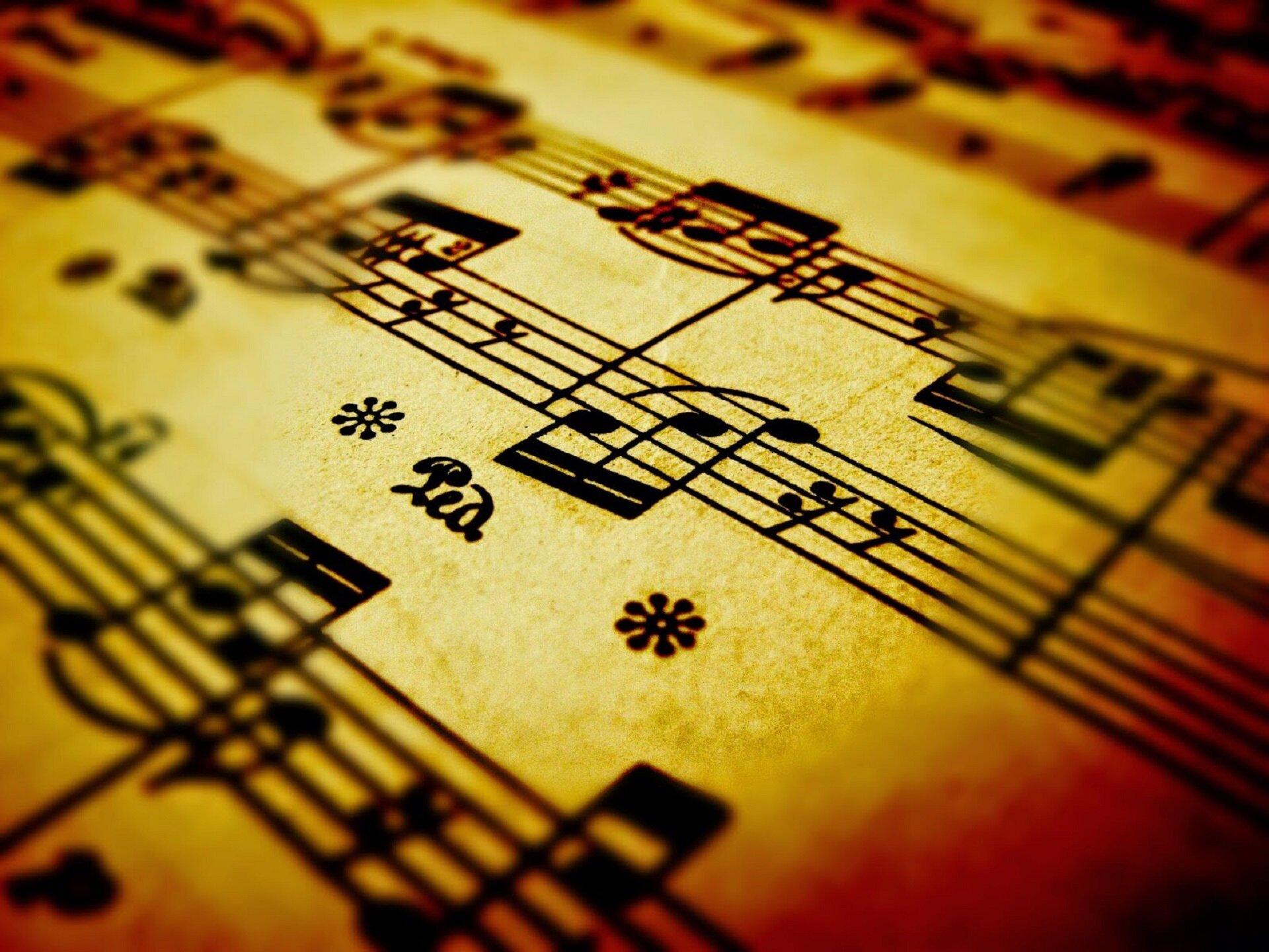 Ilustracja przedstawia zapis nutowy na fortepian.