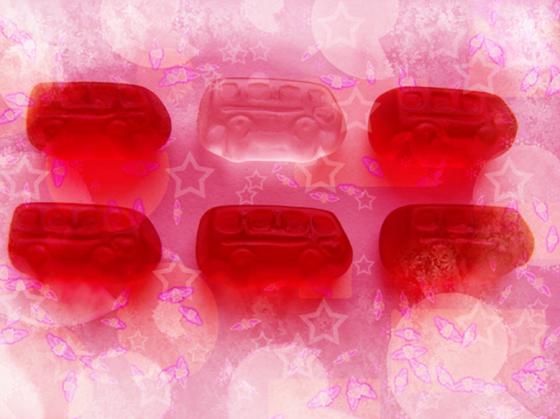 """Ilustracja przedstawia pracę Agaty Dworzak-Subocz pt. """"Dyskretny urok różu"""". Wykonana została ona techniką druku cyfrowego. Na ilustracji przedstawione zostały elementy wyglądem przypominające żelki. Są one wkształcie autobusu. Widzimy sześć elementów, zczego pięć jest wkolorze czerwonym, natomiast jeden jest przezroczysty. Ułożone są one wdwóch rzędach na różowym tle zgwiazdkami. Autorem pracy jest absolwentka Wydziału Sztuk Pięknych UMK wToruniu. Artystka jest także laureatką wielu nagród iwyróżnień wdziedzinie grafiki warsztatowej oraz cyfrowej."""
