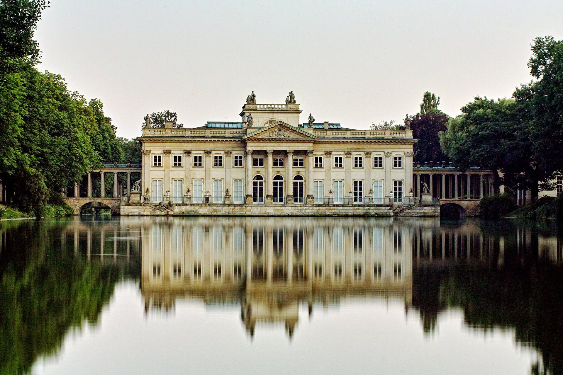 Pałac na Wodzie. Łazienki Królewskie wWarszawie Źródło: fot. Artur Malinowski, Pałac na Wodzie. Łazienki Królewskie wWarszawie, 2012, licencja: CC BY 2.0.