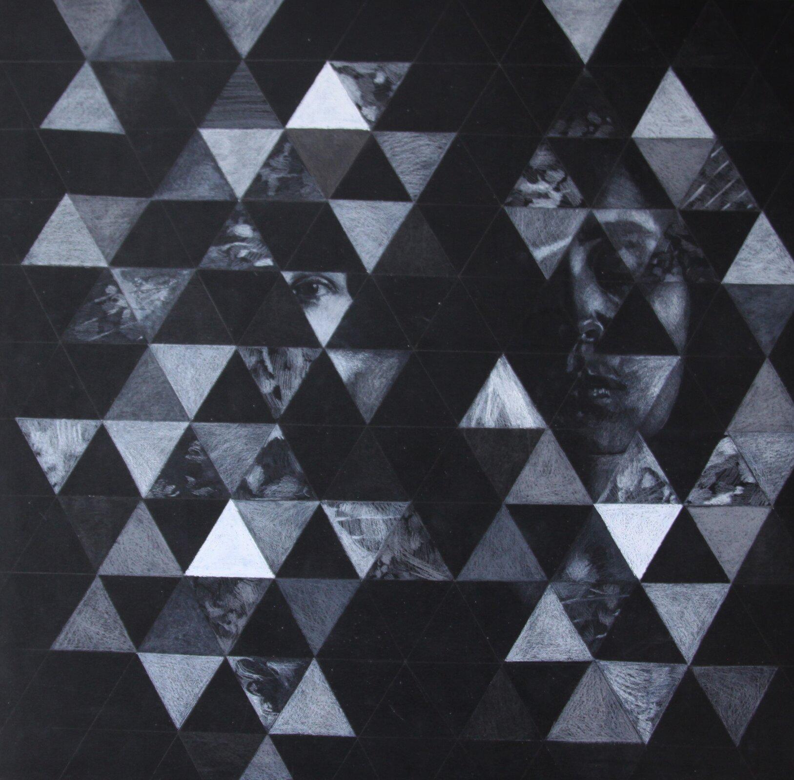 """Ilustracja przedstawia rysunek """"123"""" autorstwa Agnieszki Majak. Czarno-biała kompozycja została stworzona na wzór obrazu kalejdoskopowego. Czarna płaszczyzna pracy podzielona została na małe trójkąty. Część znich artystka zamalowała białą kreską tworząc jasno-szare, trójkątne płaszczyzny oróżnym natężeniu. Na innych ukazane zostały fragmenty rysunków onieczytelnej formie. Na jednym ztrójkątów wcentrum kompozycji znajduje się oko. Kilka trójkątów po prawej stronie ukazuje większy fragment twarzy kobiety ozamkniętych oczach."""