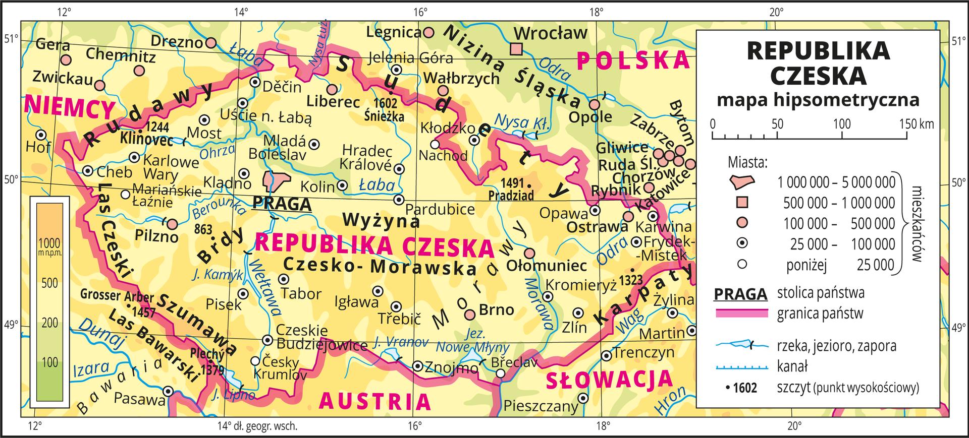 Ilustracja przedstawia mapę hipsometryczną Republiki Czeskiej. Wobrębie lądów występują obszary wkolorze zielonym, żółtym ipomarańczowym. Przeważają obszary wkolorze żółtym ipomarańczowym. Na mapie opisano nazwy nizin, wyżyn, pasm górskich irzek. Oznaczono iopisano główne miasta. Oznaczono czarnymi kropkami iopisano szczyty górskie. Różową wstążką oznaczono granice państw. Kolorem czerwonym opisano państwa sąsiadujące zRepubliką Czeską. Mapa pokryta jest równoleżnikami ipołudnikami. Dookoła mapy wbiałej ramce opisano współrzędne geograficzne co dwa stopnie. Wlegendzie umieszczono iopisano znaki użyte na mapie.