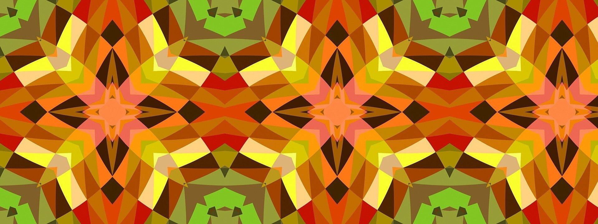 Ilustracja przedstawia kompozycję, do stworzenia której wykorzystano symetryczne, lustrzane odbicia na wzór obrazu kalejdoskopowego. Praca składa się zdrobnych, wielobarwnych trójkątów układających się wwiększe symetryczne kształty. Wszystkie elementy kompozycji powtarzają się tworząc równomierny, symetryczny deseń na podłużnej, horyzontalnej płaszczyźnie obrazu. Praca utrzymana jest wszerokiej, ciepłej, gamie barw: począwszy od nasyconych zieleni iciemnych brązów poprzez stonowane róże ibeże aż po gorące czerwienie, oranże iżółcie.