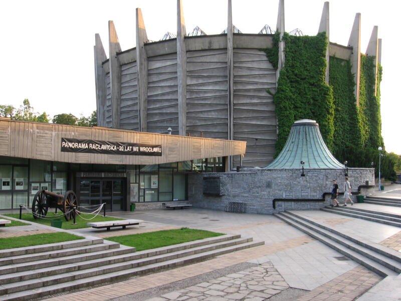 Rotunda Panoramy Racławickiej we Wrocławiu Źródło: Julo, Rotunda Panoramy Racławickiej we Wrocławiu, fotografia, domena publiczna.