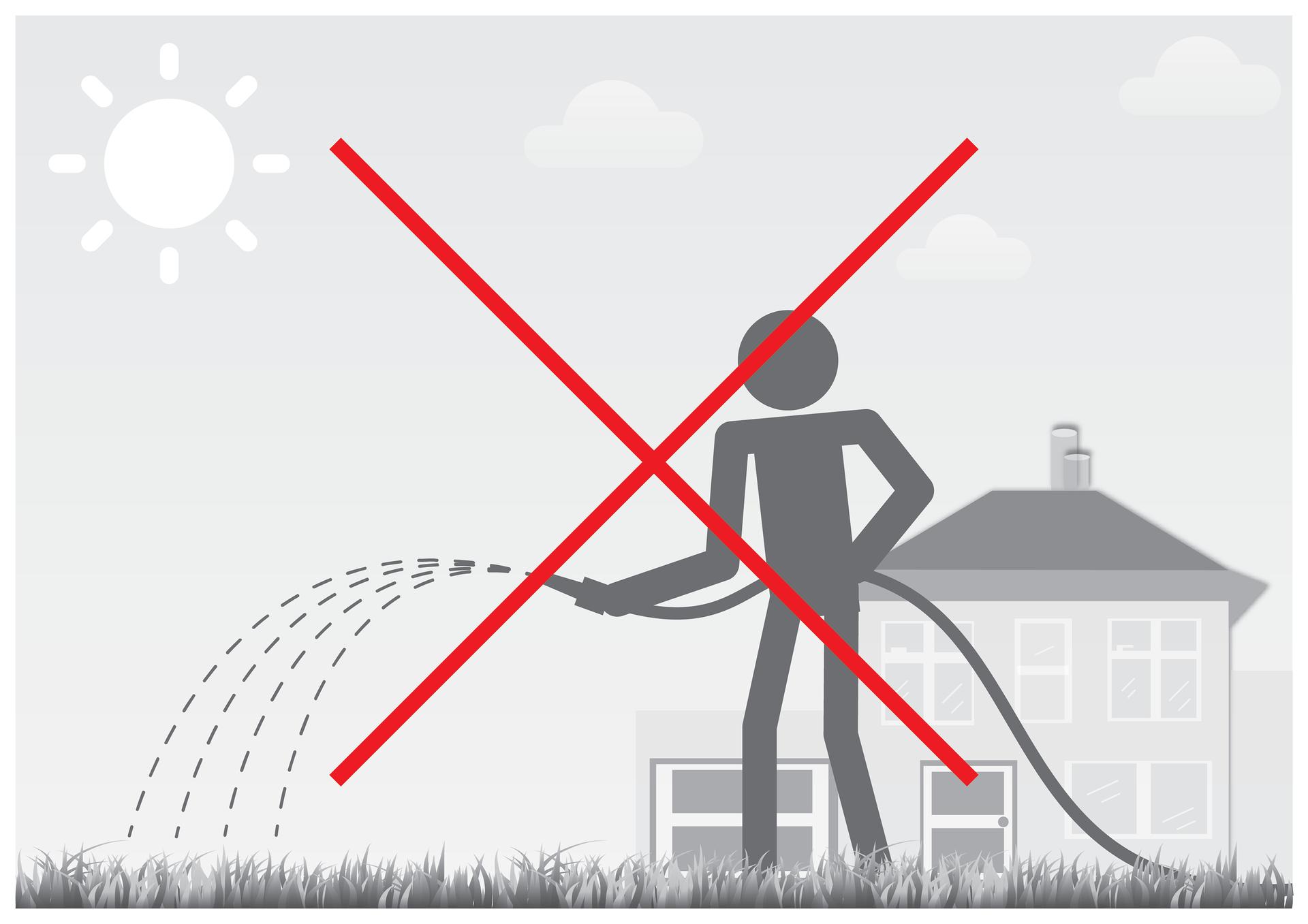 Piąta ilustracja wgalerii. Przedstawia czarno biały symboliczny rysunek człowieka podlewającego trawnik podczas upałów wodą zwęża ogrodowego. Wtle znajduje się dom jednorodzinny zgarażem. Na niebie świeci słońce, chmur mało. Rysunek jest przekreślony czerwonym krzyżem.