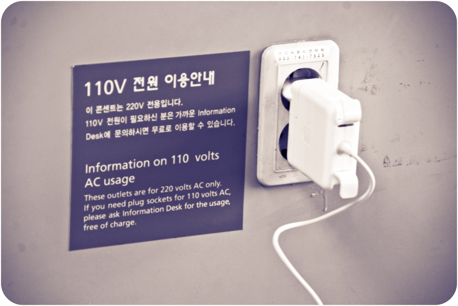 Wcałej Europie iwwiększości państw świata wgniazdkach płynie prąd onapięciu 230 V. Jednak wUSA, Japonii iniektórych krajach Ameryki Południowej obowiązuje standard 110 V. Różnice te (jak również odmienne standardy wtyczek) sprawiają problemy szczególnie turystom.