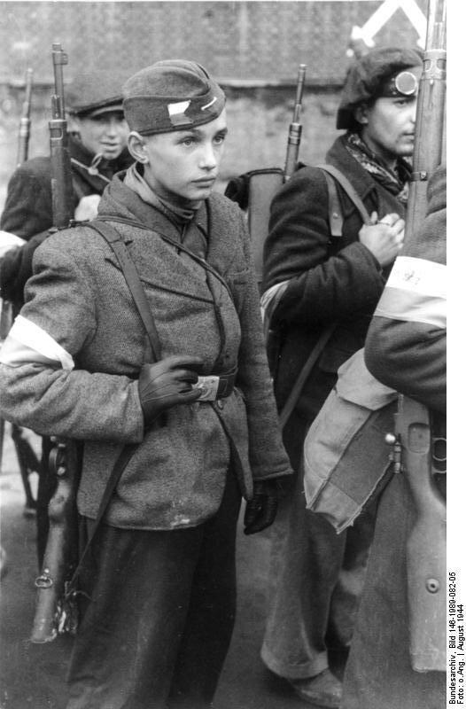 Polskie jednostki Armii Krajowej wychodzą zWarszawy po kapitulacji Powstania Zdjęcie nr 6 Źródło: Polskie jednostki Armii Krajowej wychodzą zWarszawy po kapitulacji Powstania, 1944, German Federal Archives , licencja: CC BY-SA 3.0.