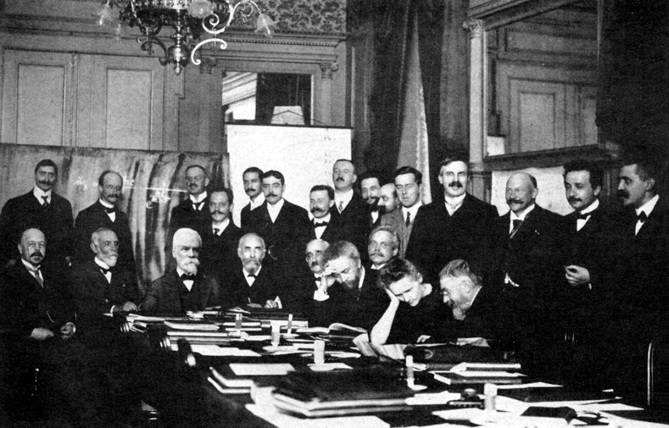 MariaSkłodowska-Curie na konferencji wSolvay w1911 r.Wśród stojących drugi od prawej to Albert Einstein MariaSkłodowska-Curie na konferencji wSolvay w1911 r.Wśród stojących drugi od prawej to Albert Einstein Źródło: domena publiczna.