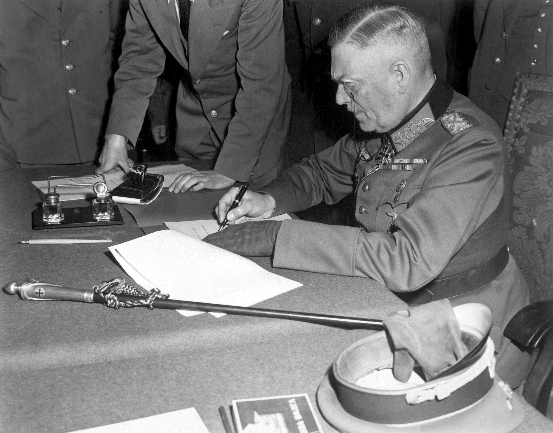 Feldmarszałek Wilhelm Keitel podpisuje akt kapitulacji Niemiec Zdjęcie nr 2 Źródło: Lt. Moore (US Army), Feldmarszałek Wilhelm Keitel podpisuje akt kapitulacji Niemiec, National Archives and Records Administration, licencja: CC 0.