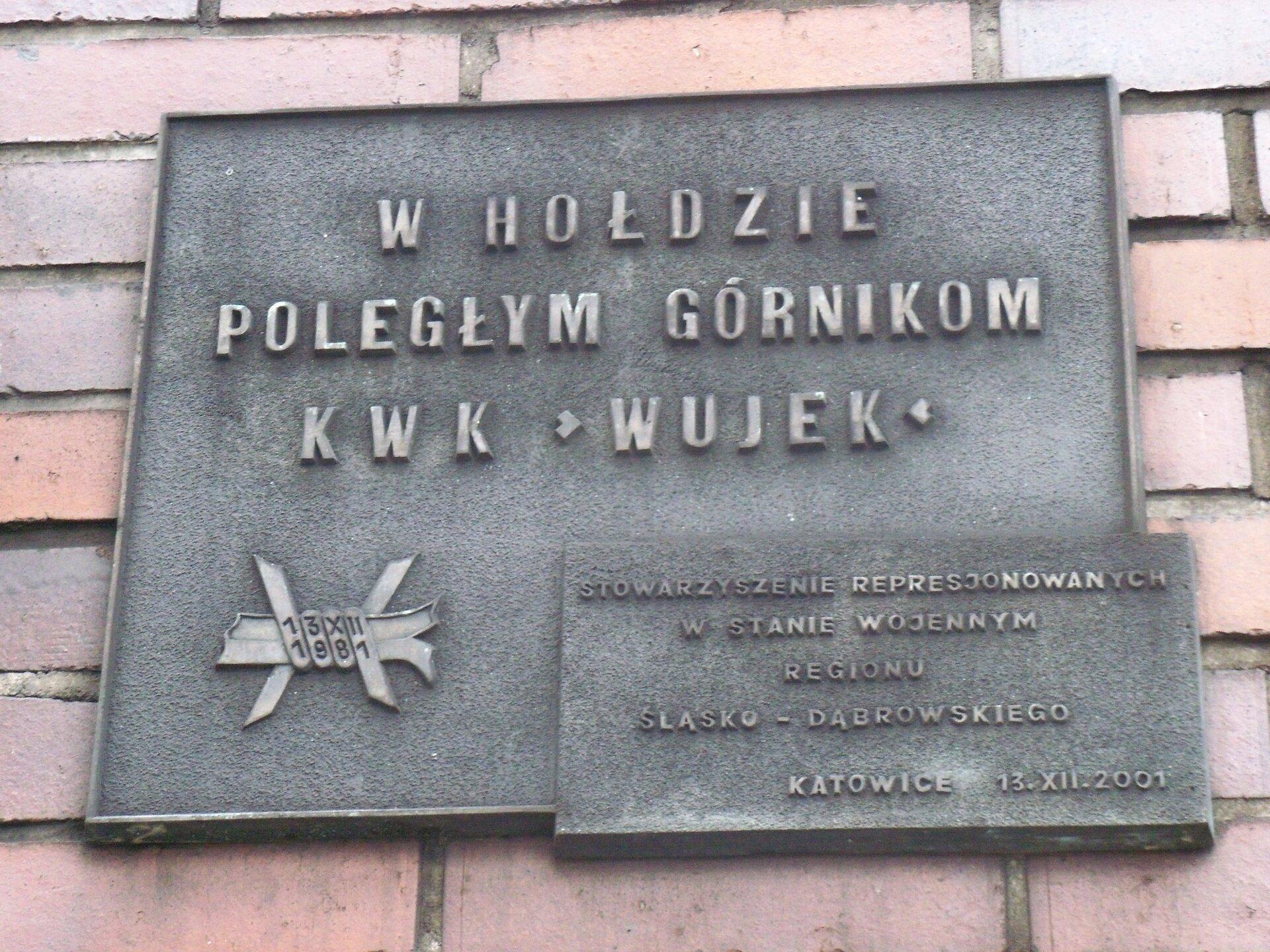 Tablica upamiętniająca poległych górników podczas strajków Źródło: Michał Bulsa, Tablica upamiętniająca poległych górników podczas strajków, licencja: CC 0.