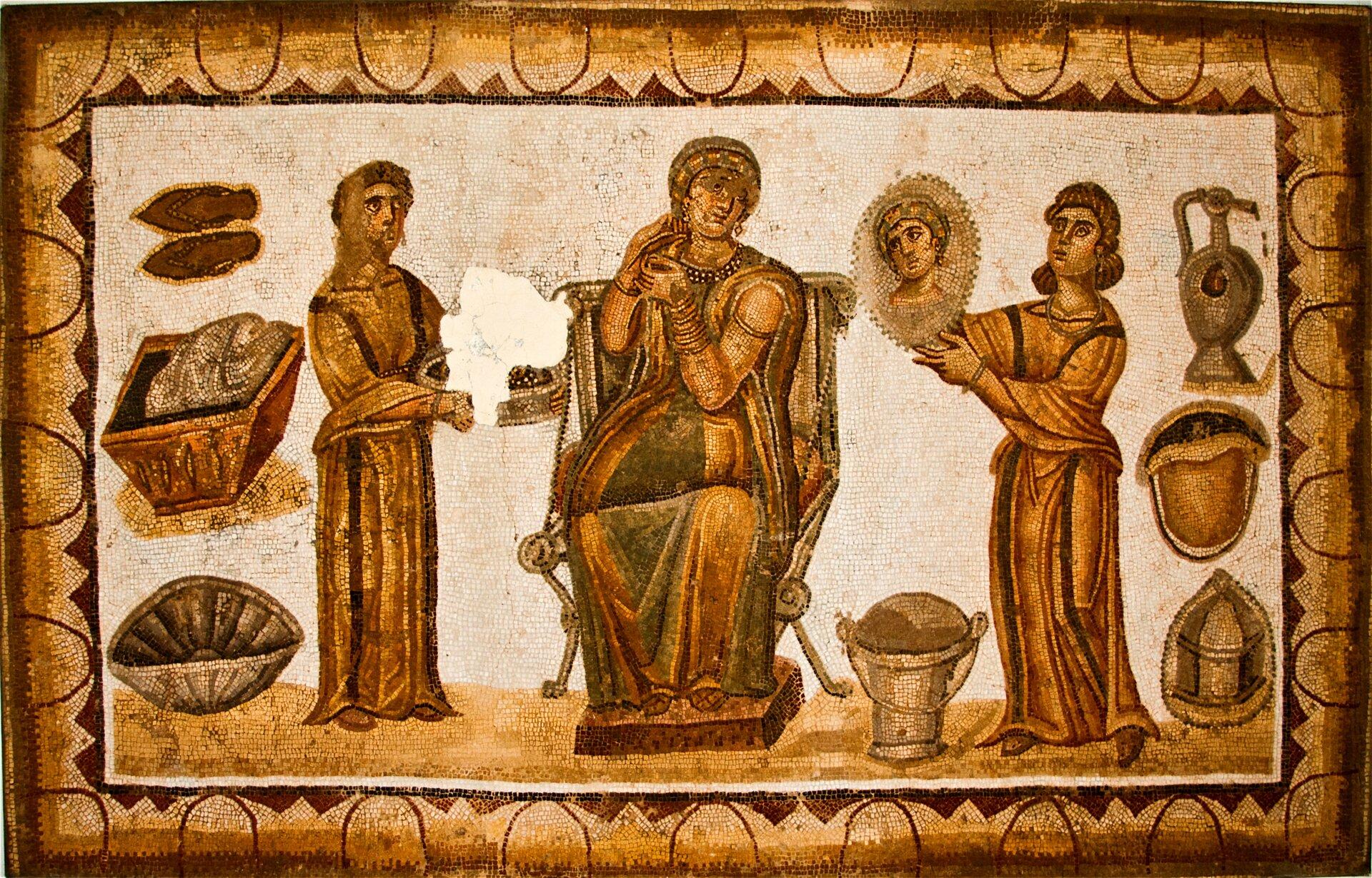 Fresk nieznanego autora przedstawia kobietę idwie niewolnice. Kobieta siedzi na tronie, ma niezadowoloną twarz, ubrana jest wdługą suknię, która ma odkryte ramiona. Po obu jej stronach stoją jej niewolnice. Kobiety są ubrane wdługie suknie. Jedna wdłoniach trzyma miskę, adruga lustro.