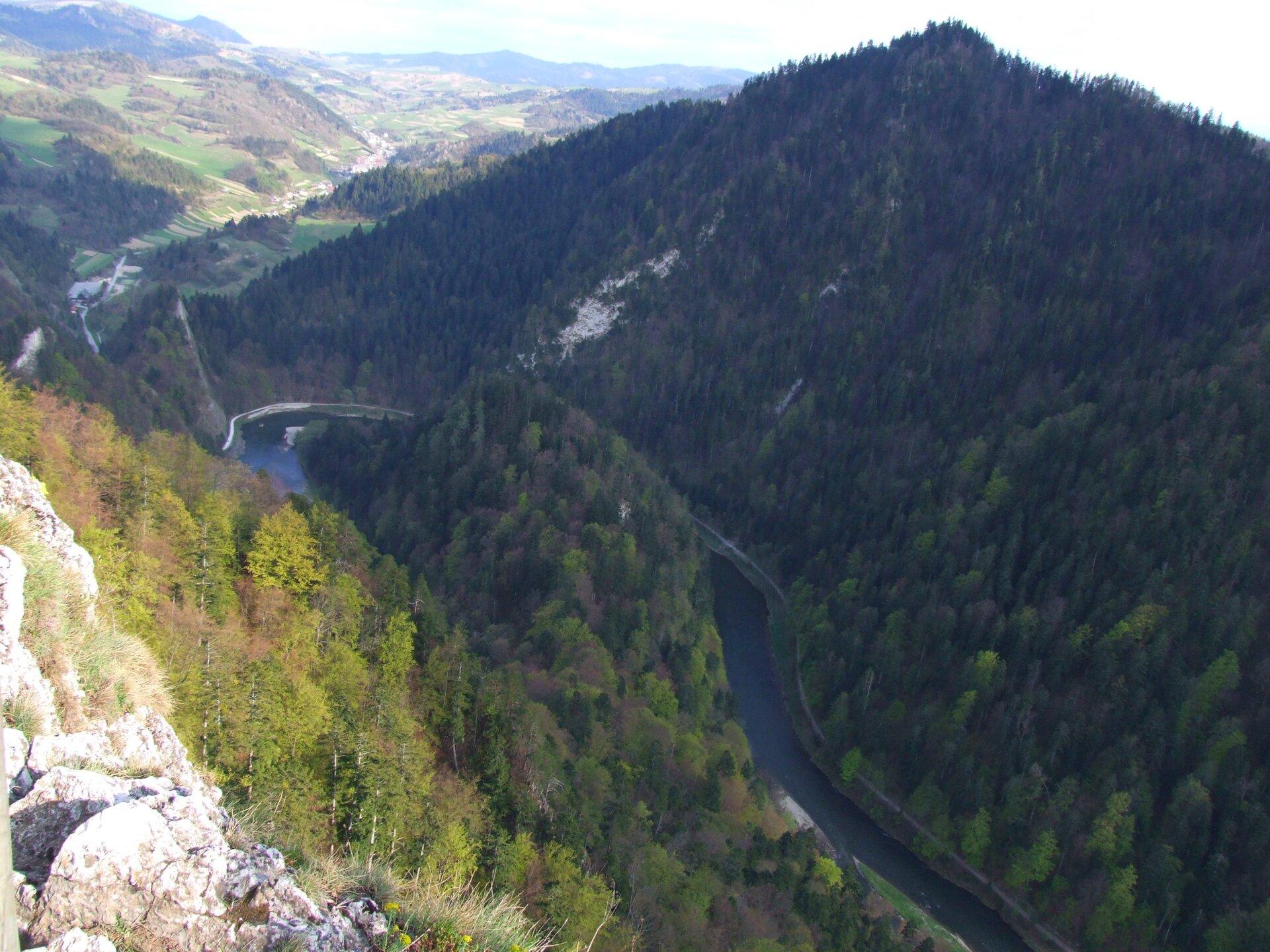 Przełom Dunajca upodnóża Trzech Koron wPieninach