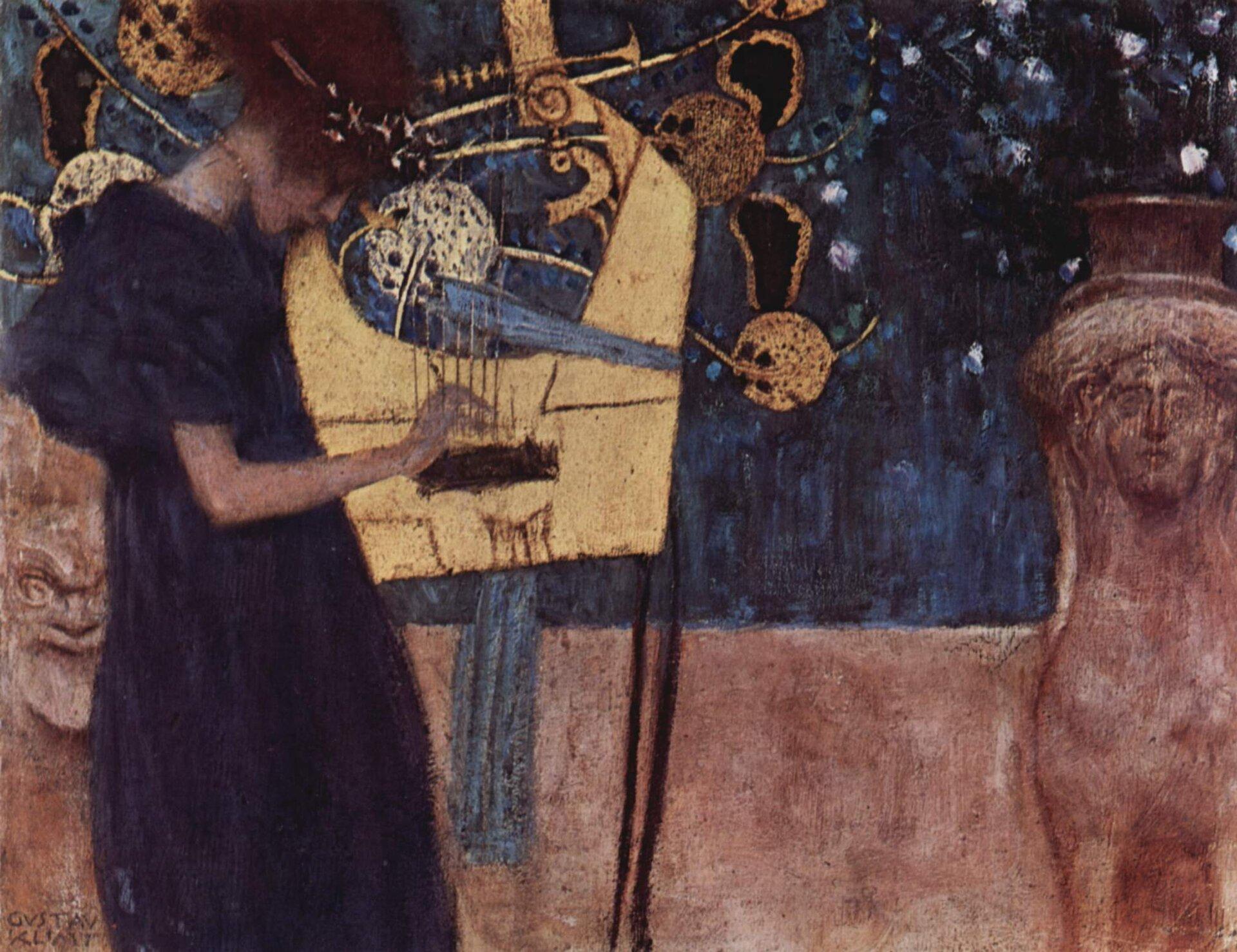 """Ilustracja przedstawia obraz """"Muzyka I"""" autorstwa Gustawa Klimty. Obraz ukazuje Kobietę grającą na instrumencie. Wtle widać niebieską ścianę."""