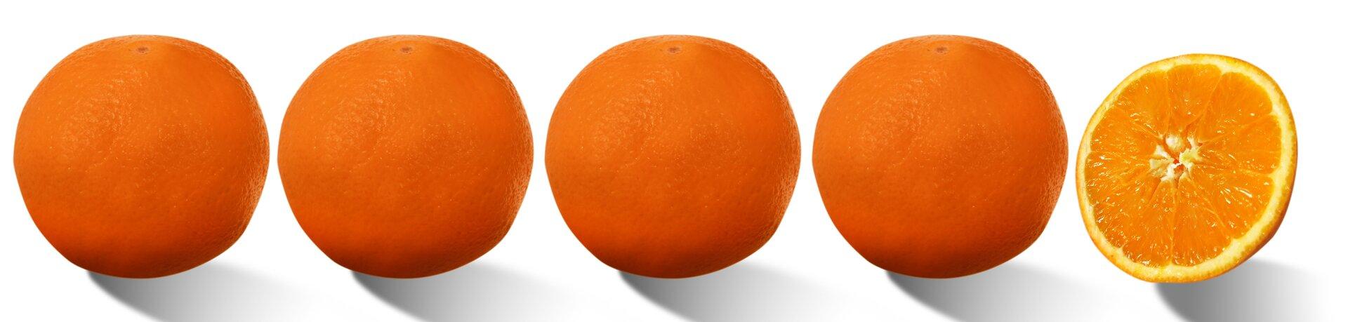 Rysunek czterech całych pomarańczy ipołowy pomarańczy.