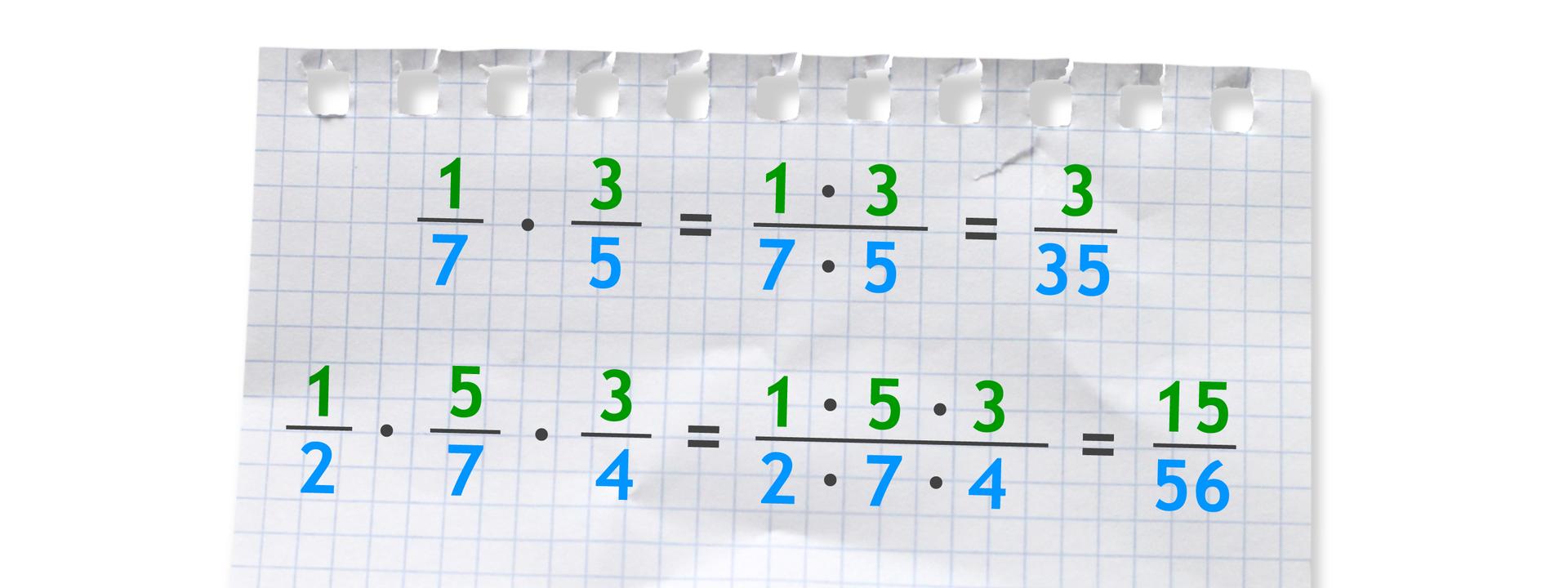 Dwa przykłady. Pierwszy: jedna siódma razy trzy piąte (w liczniku ułamka 1 razy 3, wmianowniku 7 razy 5) równa się trzy trzydzieste piąte. Drugi: jedna druga razy pięć siódmych razy trzy czwarte (w liczniku ułamka 1 razy 5 razy 3, wmianowniku 2 razy 7 razy 4) równa się piętnaście pięćdziesiąt szóstych.